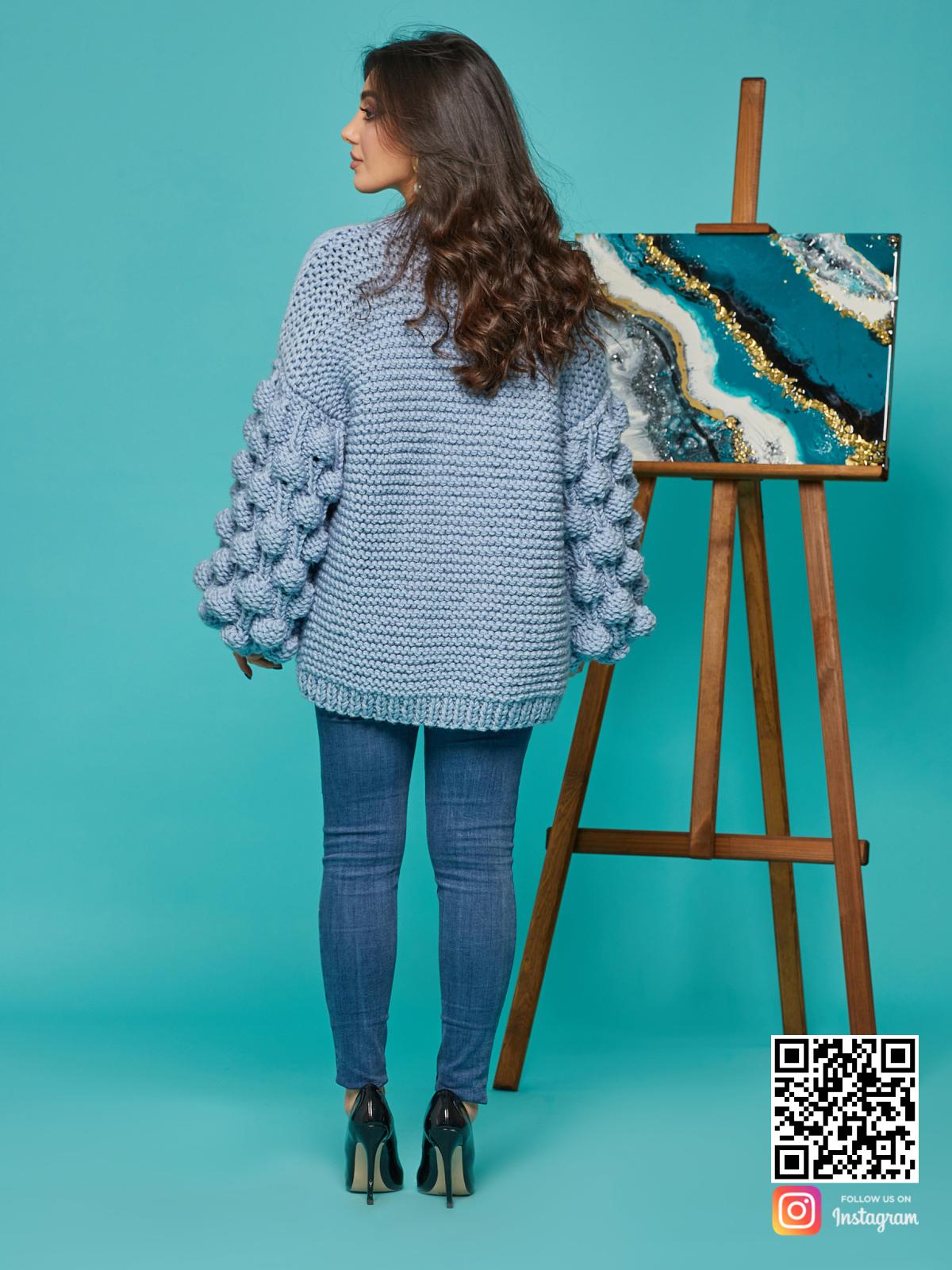 На второй фотографии красивый кардиган для женщин со спины от Shapar, бренда вязаной одежды ручной работы в интернет-магазине связанных спицами вещей.
