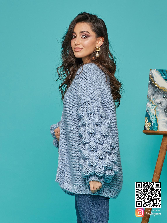 На шестой фотографии голубой красивый кардиган для женщин от модного дома Shapar, бренда вязаной одежды ручной работы в интернет-магазине связанных спицами вещей.