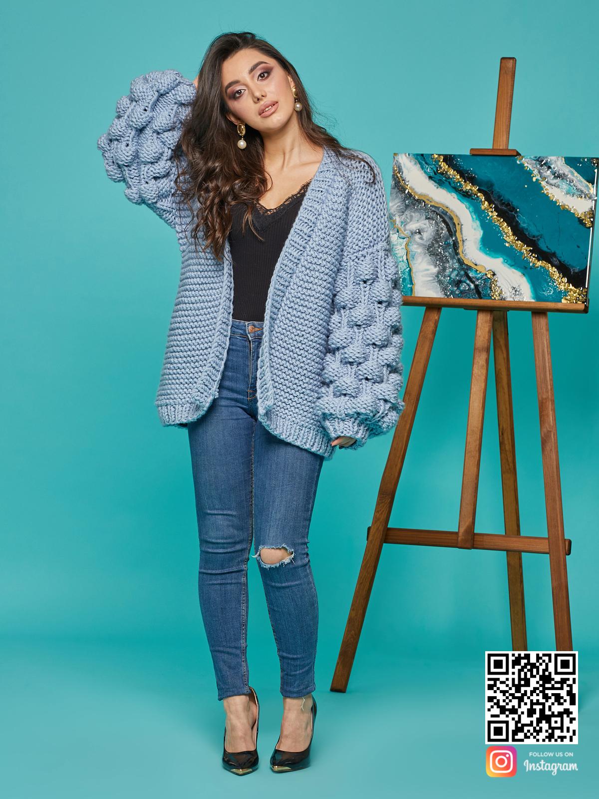 На четвертой фотографии красивый кардиган для женщин голубого цвета от Shapar, бренда вязаной одежды ручной работы в интернет-магазине связанных спицами вещей.