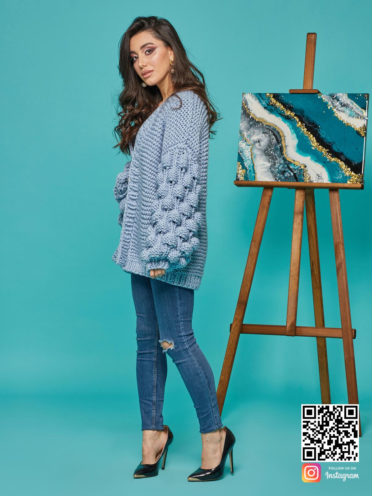 На третьей фотографии красивый кардиган для женщин с объемными рукавами от Shapar, бренда вязаной одежды ручной работы в интернет-магазине связанных спицами вещей.