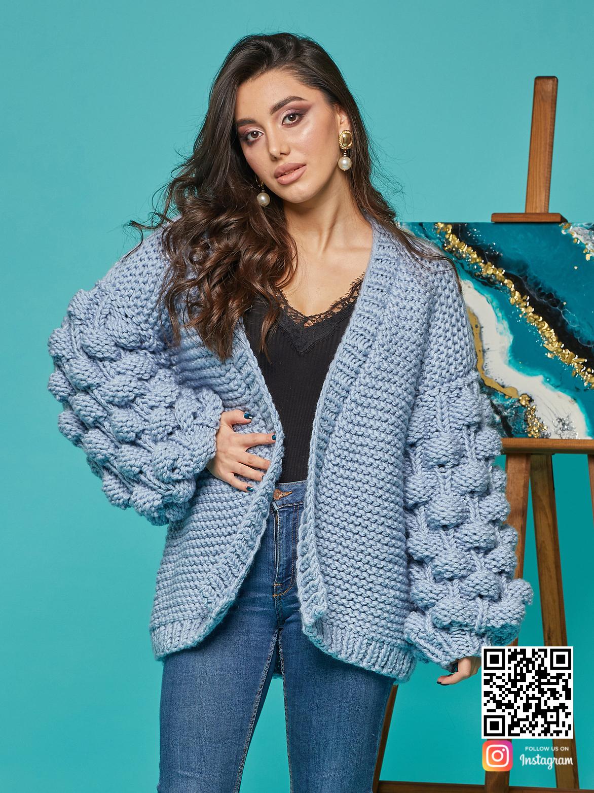 На пятой фотографии женский красивый кардиган средней длины от Shapar, бренда вязаной одежды ручной работы в интернет-магазине связанных спицами вещей.