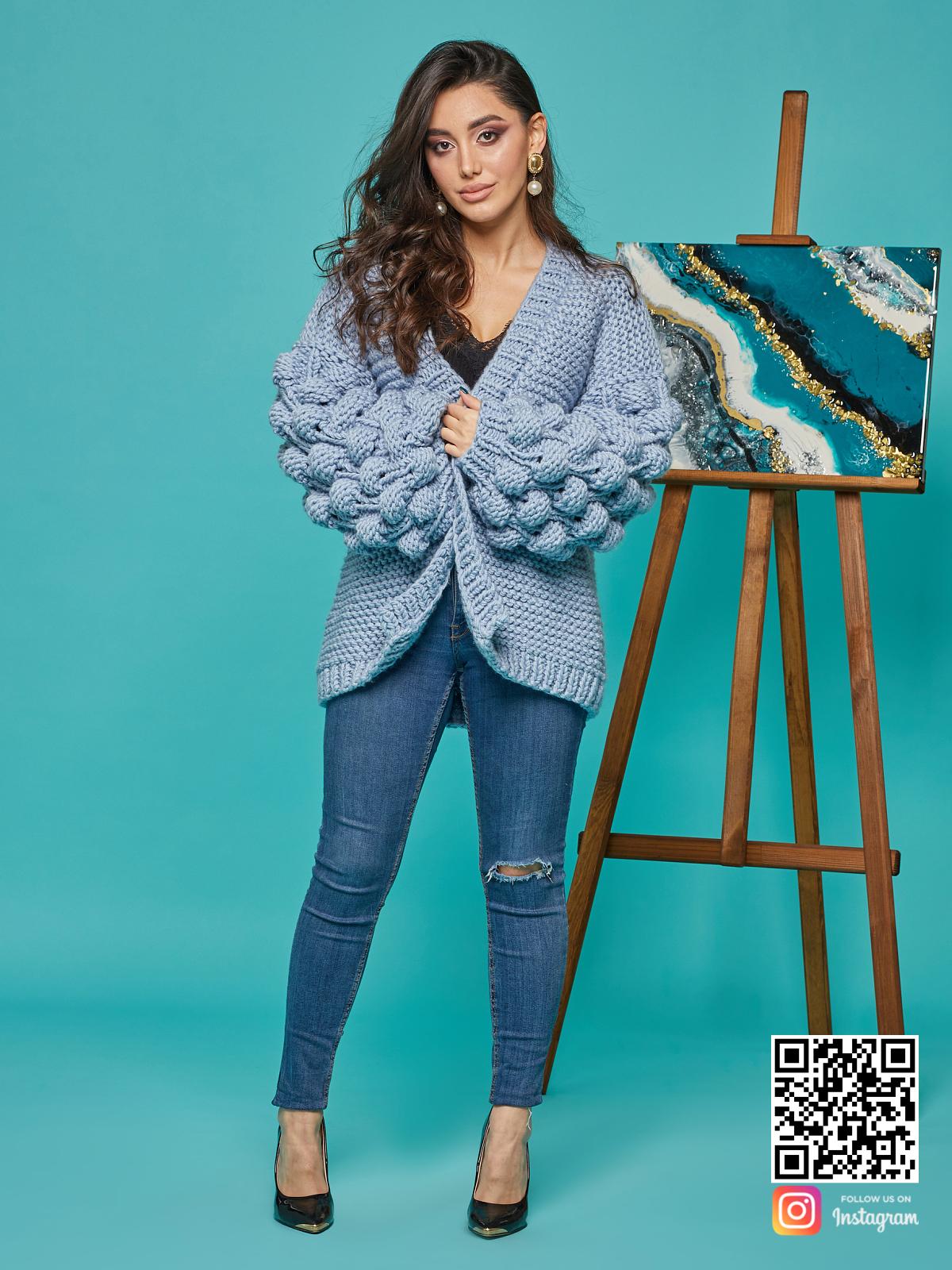 На фотографии красивый кардиган для женщин от Shapar, бренда вязаной одежды ручной работы в интернет-магазине связанных спицами вещей.