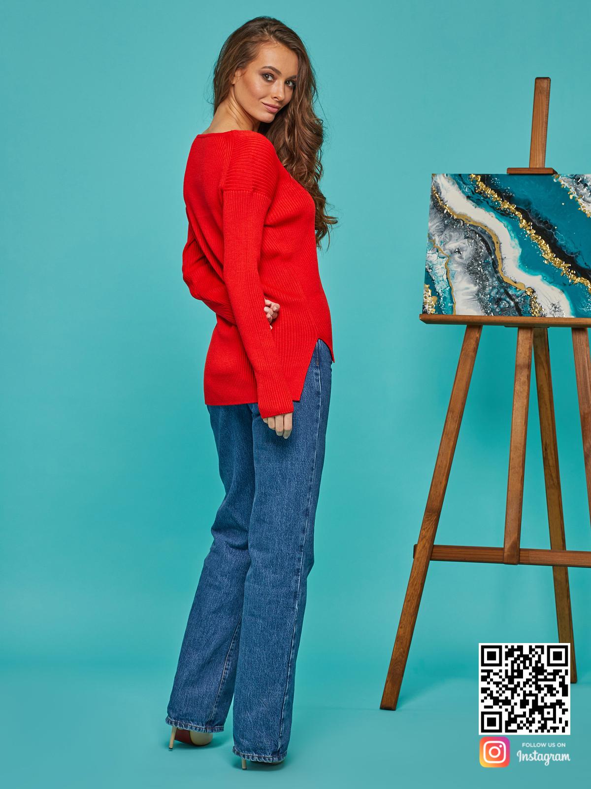 На второй фотографии красный пуловер со спины от Shapar, бренда вязаной одежды ручной работы в интернет-магазине связанных спицами вещей.