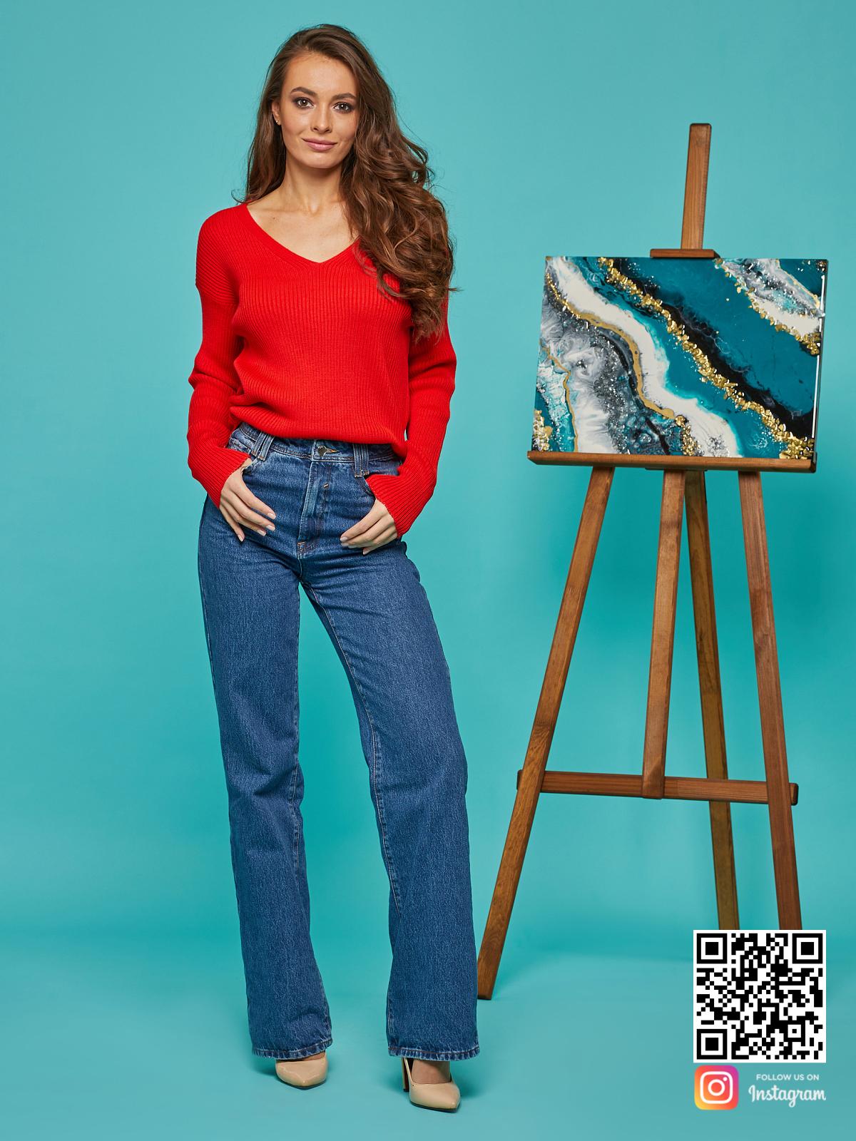 На фотографии красный пуловер женский от Shapar, бренда вязаной одежды ручной работы в интернет-магазине связанных спицами вещей.