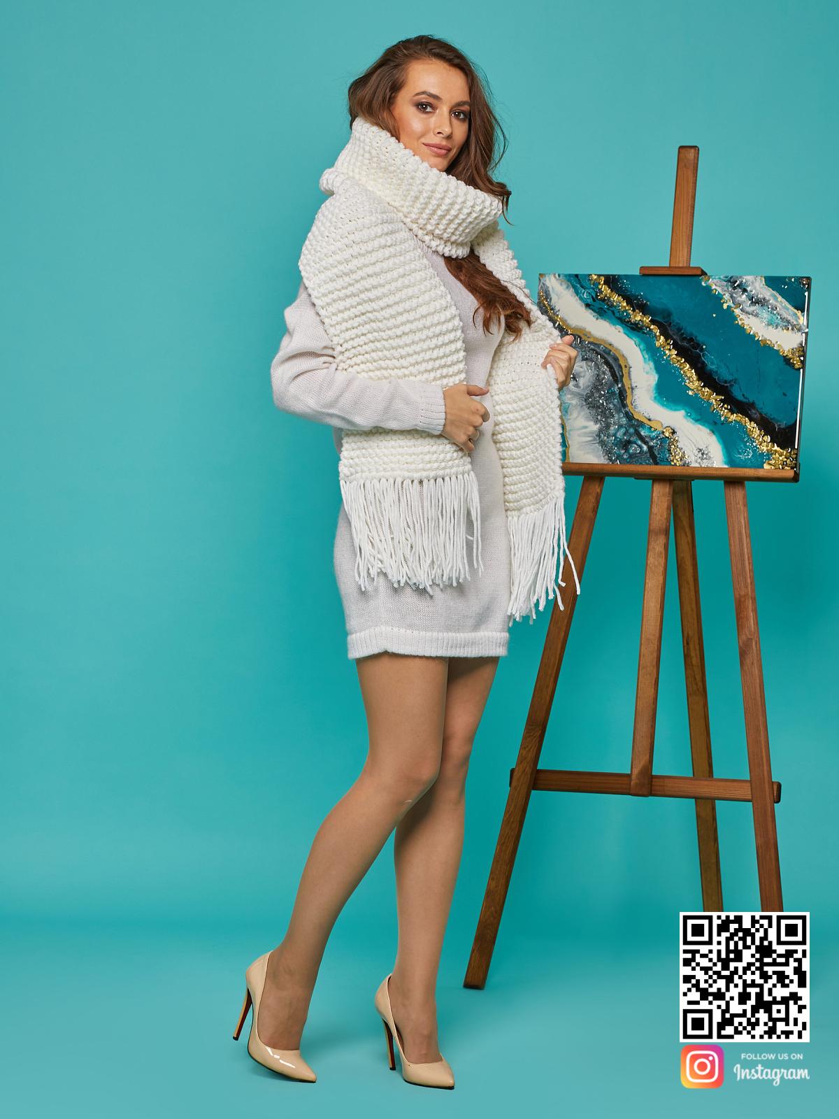 На второй фотографии молочный женский крупный шарф от Shapar, бренда вязаной одежды ручной работы в интернет-магазине связанных спицами вещей.