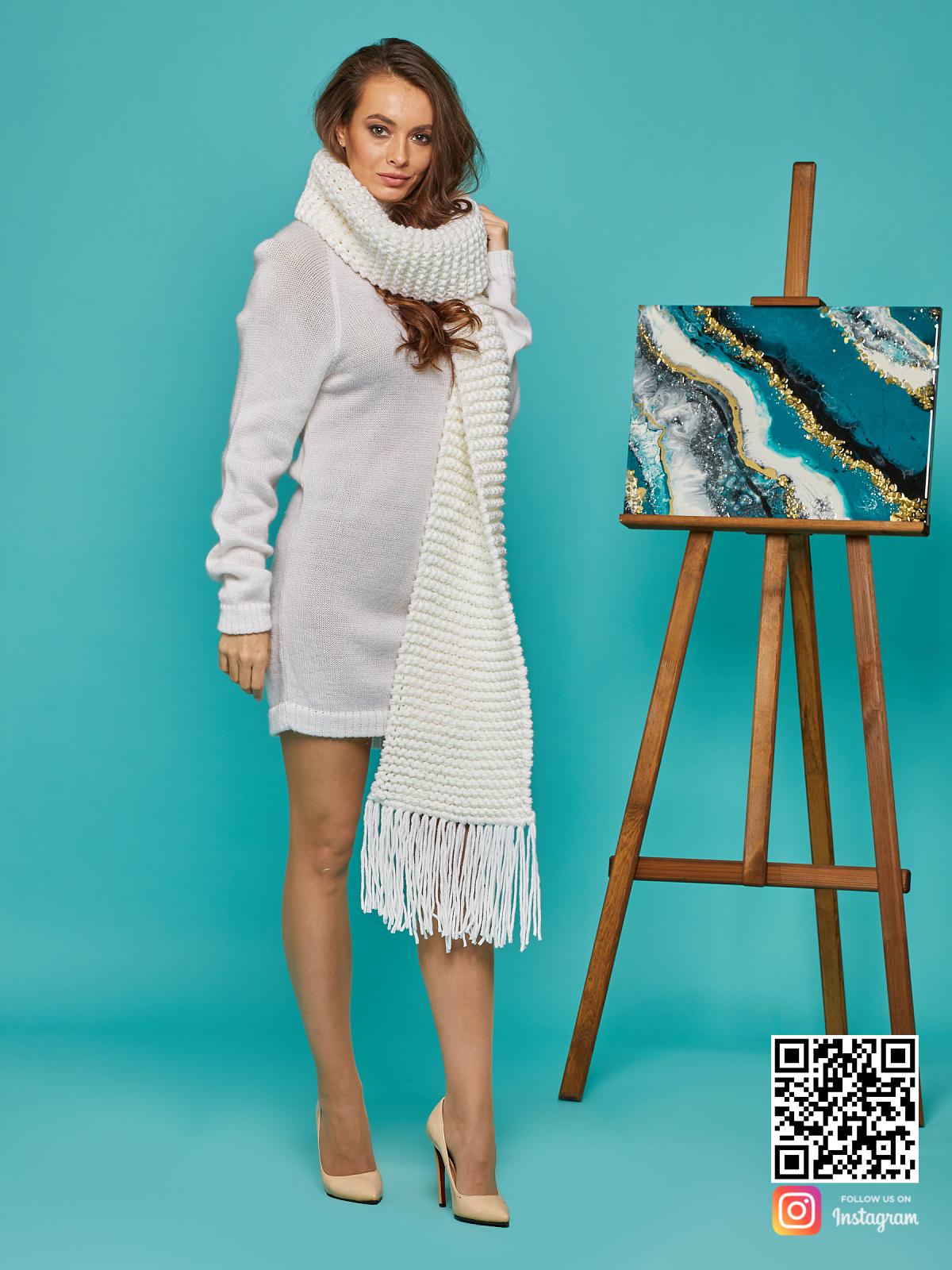 На пятой фотографии широкий женский шарф крупной вязки от Shapar, бренда вязаной одежды ручной работы в интернет-магазине связанных спицами вещей.