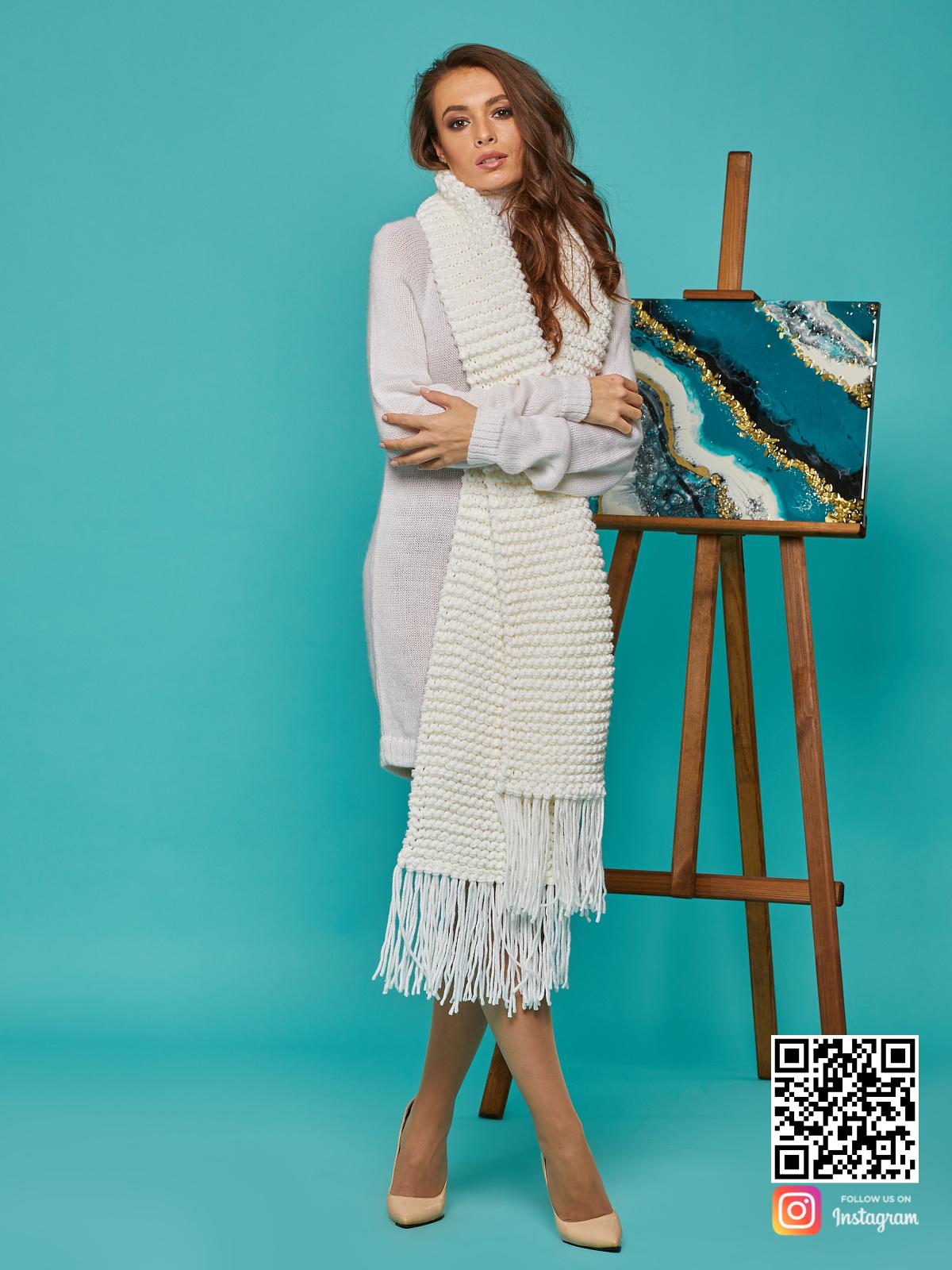 На четвертой фотографии длинный крупный шарф от Shapar, бренда вязаной одежды ручной работы в интернет-магазине связанных спицами вещей.