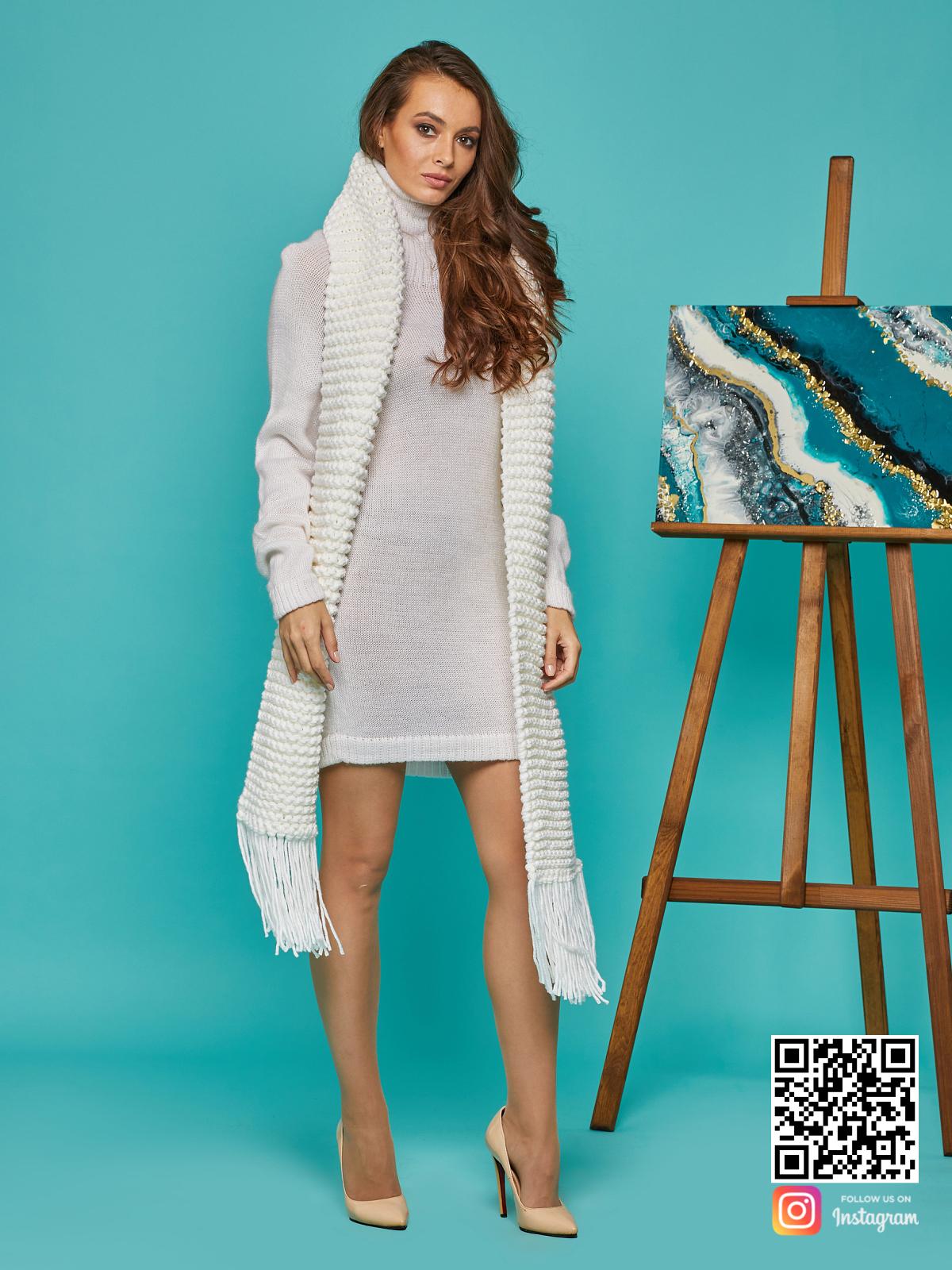 На третьей фотографии женский крупный шарф молочного цвета от Shapar, бренда вязаной одежды ручной работы в интернет-магазине связанных спицами вещей.