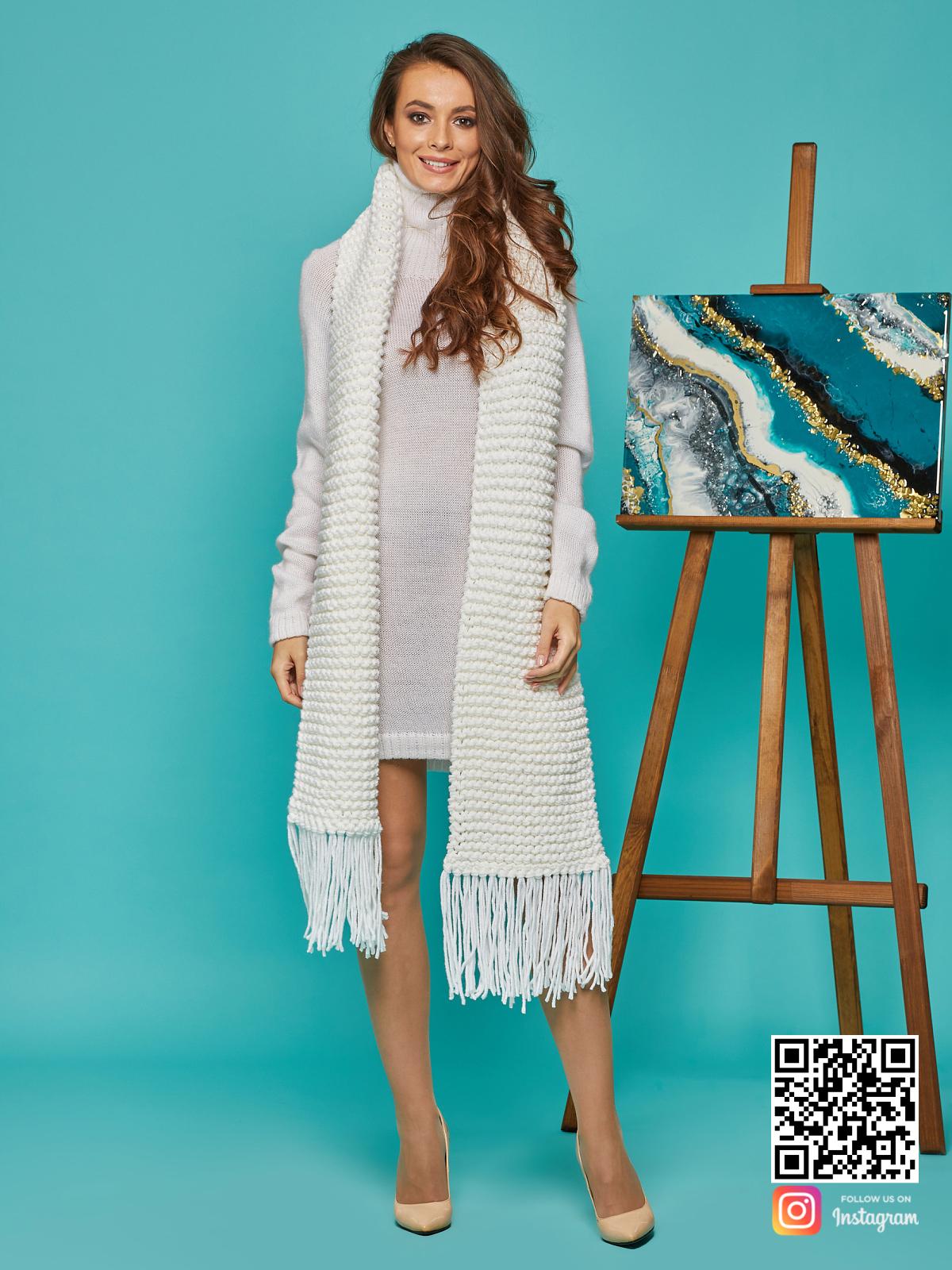 На фотографии женский крупный шарф от Shapar, бренда вязаной одежды ручной работы в интернет-магазине связанных спицами вещей.