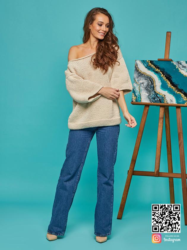 На фотографии женский летний свитер на одно плечо от Shapar, бренда вязаной одежды ручной работы в интернет-магазине связанных спицами вещей.