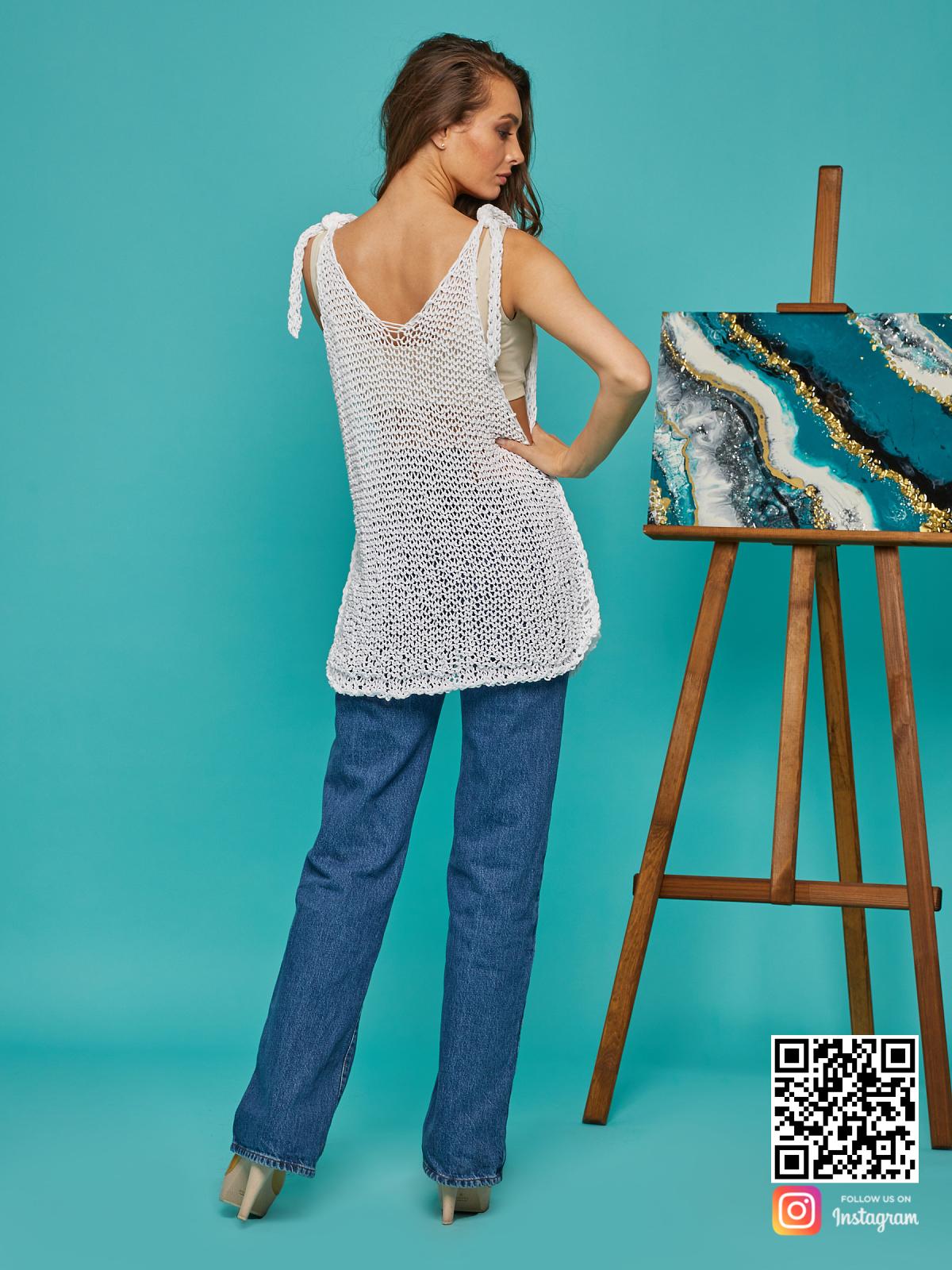 На пятой фотографии женская майка сетка из хлопка от Shapar, бренда вязаной одежды ручной работы в интернет-магазине связанных спицами вещей.