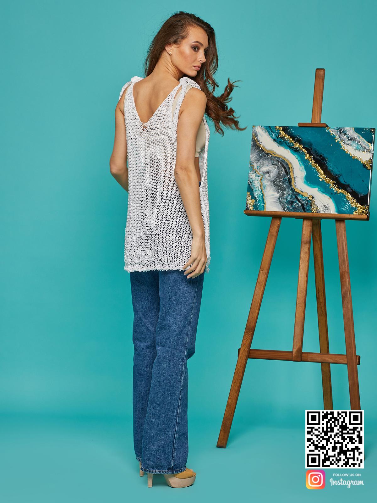 На второй фотографии женская майка сетка со спины от Shapar, бренда вязаной одежды ручной работы в интернет-магазине связанных спицами вещей.