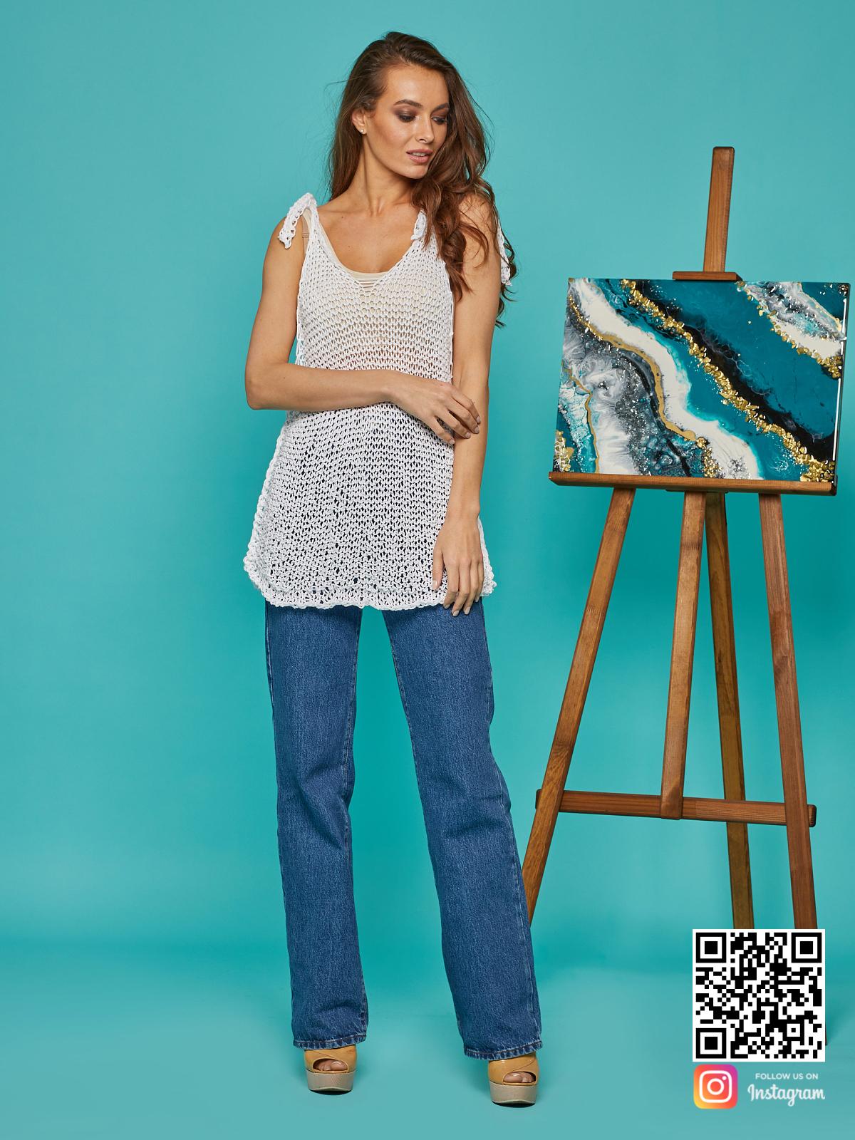 На шестой фотографии женская майка сетка белого цвета от Shapar, бренда вязаной одежды ручной работы в интернет-магазине связанных спицами вещей.