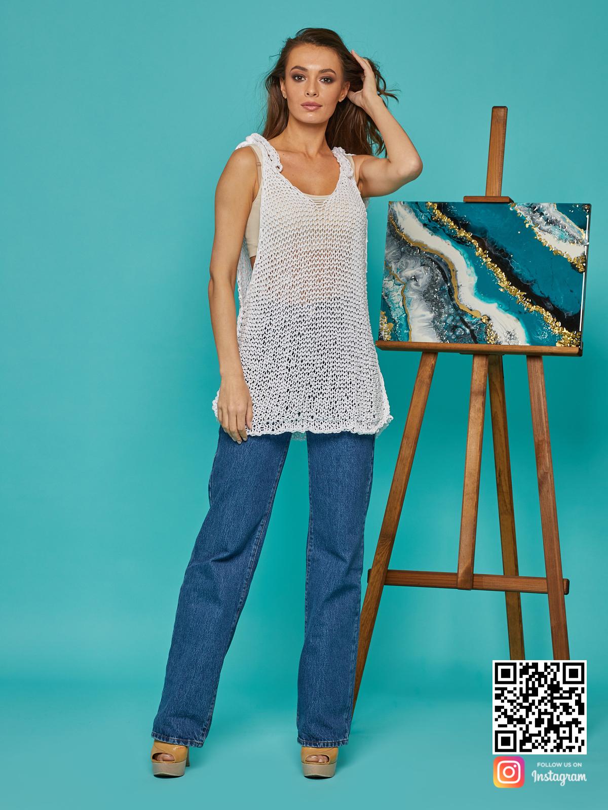 На фотографии женская майка сетка от Shapar, бренда вязаной одежды ручной работы в интернет-магазине связанных спицами вещей.
