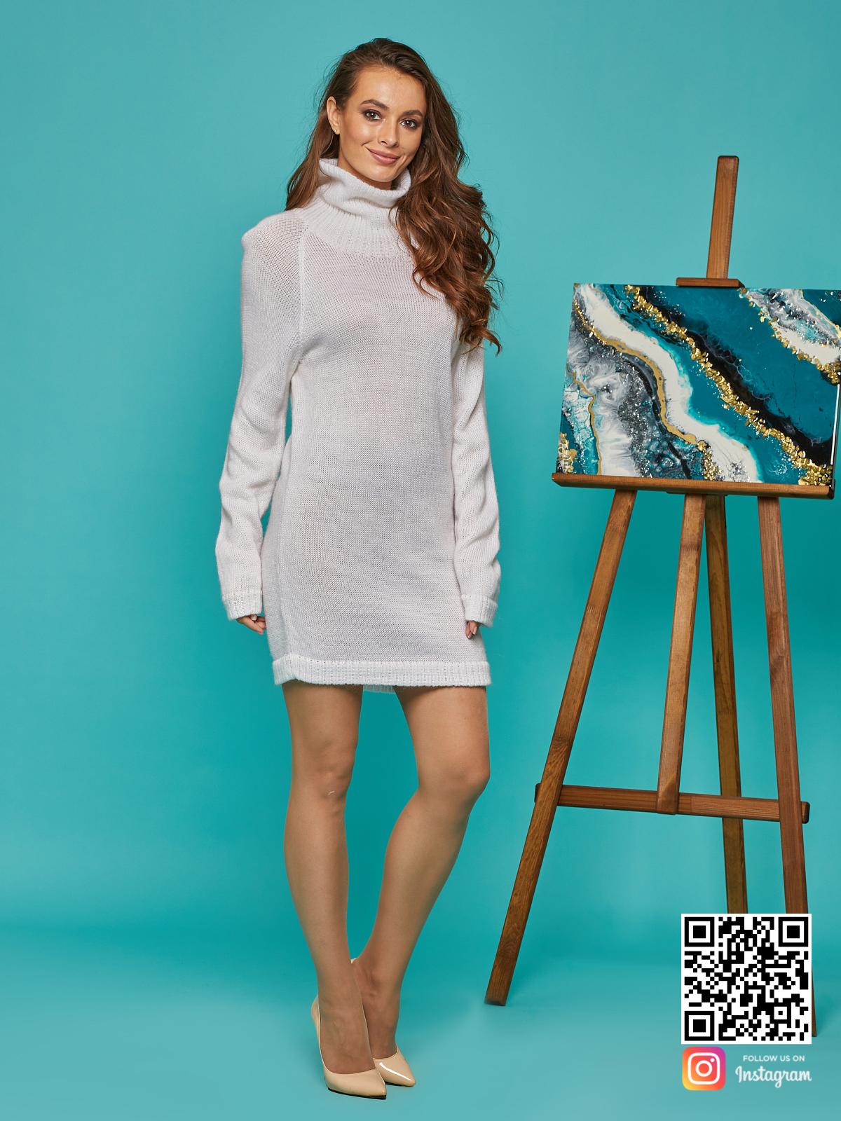 На шестой фотографии длинный белый мохеровый свитер от Shapar, бренда вязаной одежды ручной работы в интернет-магазине связанных спицами вещей.