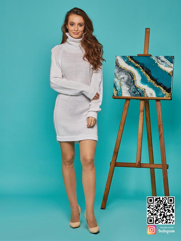 На фотографии женский мохеровый свитер от Shapar, бренда вязаной одежды ручной работы в интернет-магазине связанных спицами вещей.