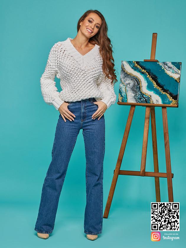 На фотографии женский молодежный пуловер от Shapar, бренда вязаной одежды ручной работы в интернет-магазине связанных спицами вещей.