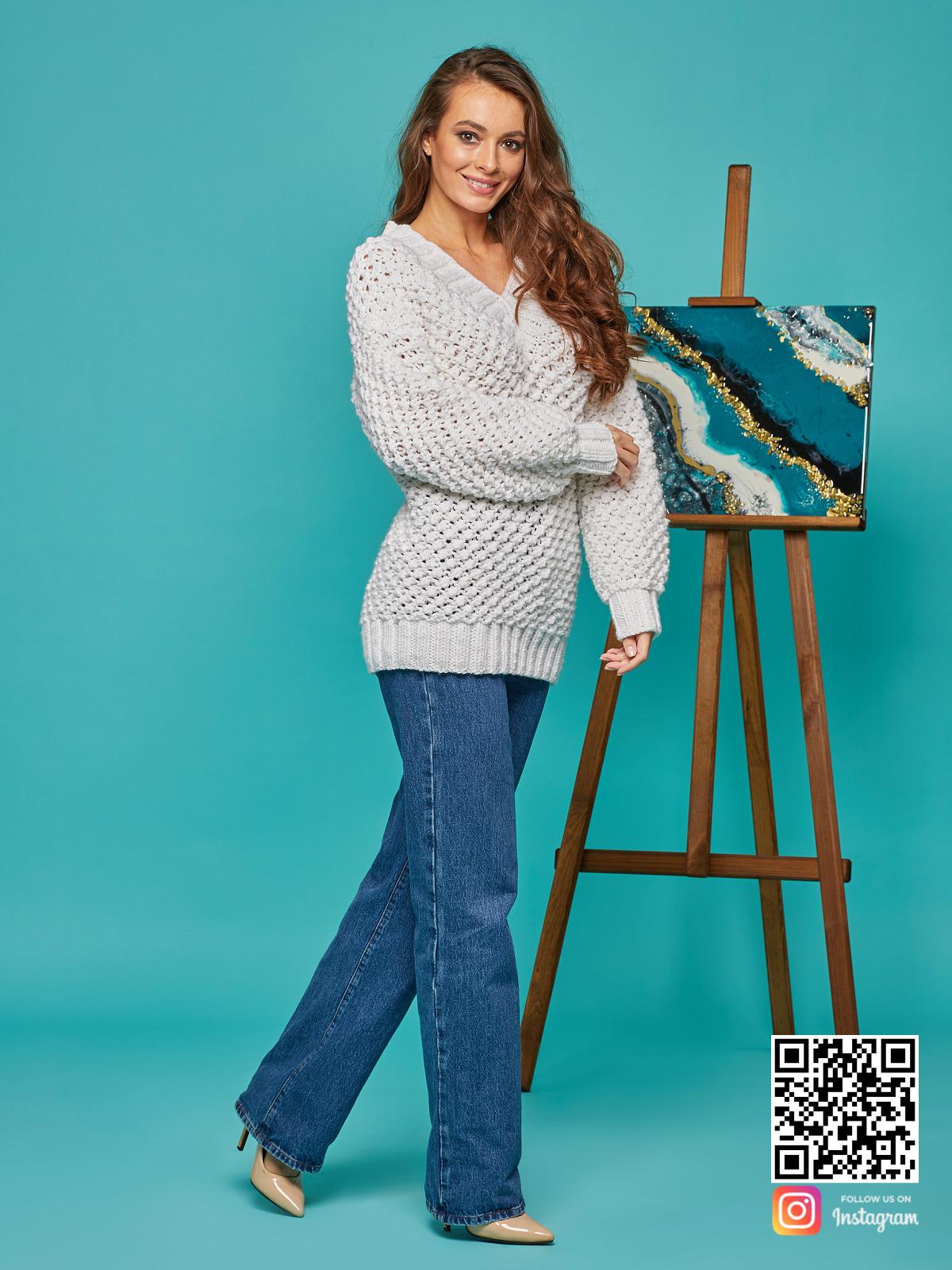 На пятой фотографии женский молодежный пуловер белого цвета от Shapar, бренда вязаной одежды ручной работы в интернет-магазине связанных спицами вещей.