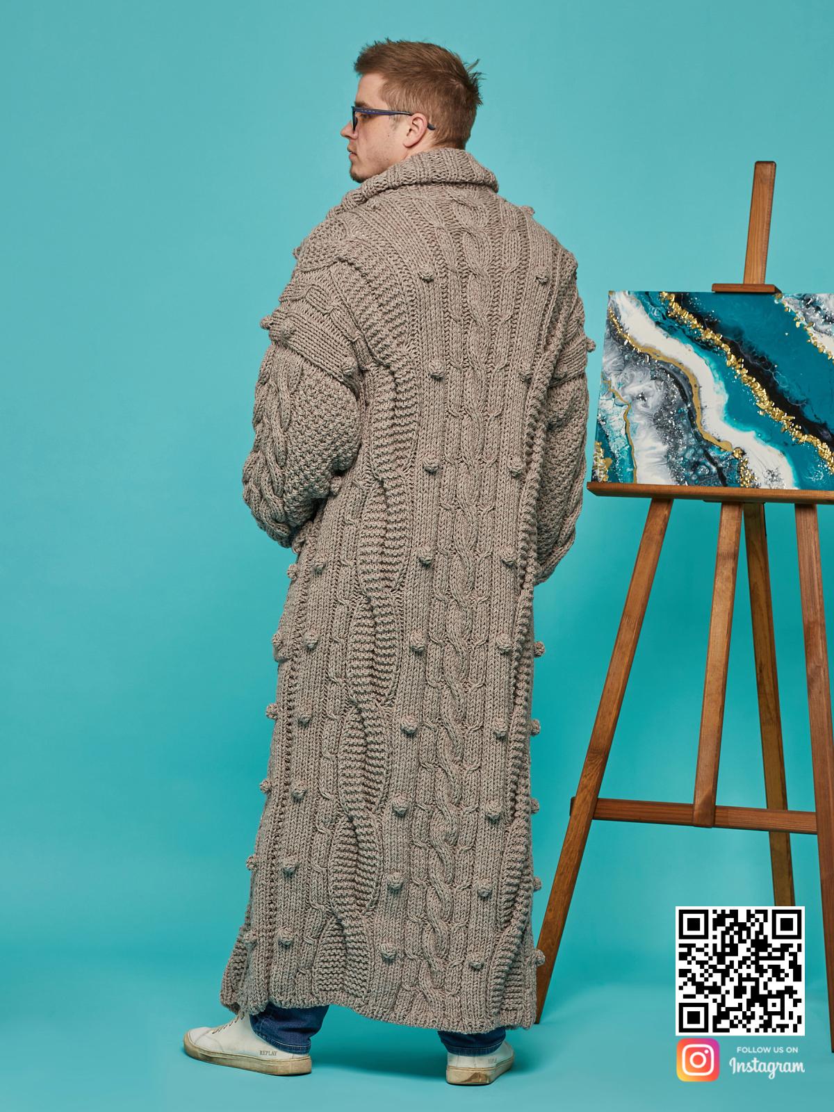 На третьей фотографии мужской кардиган оверсайз со спины от Shapar, бренда вязаной одежды ручной работы в интернет-магазине связанных спицами вещей.