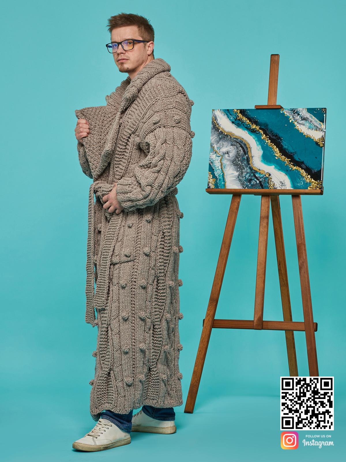 На шестой фотографии мужской кардиган оверсайз с вязаным узором от Shapar, бренда одежды ручной работы в интернет-магазине связанных спицами вещей.