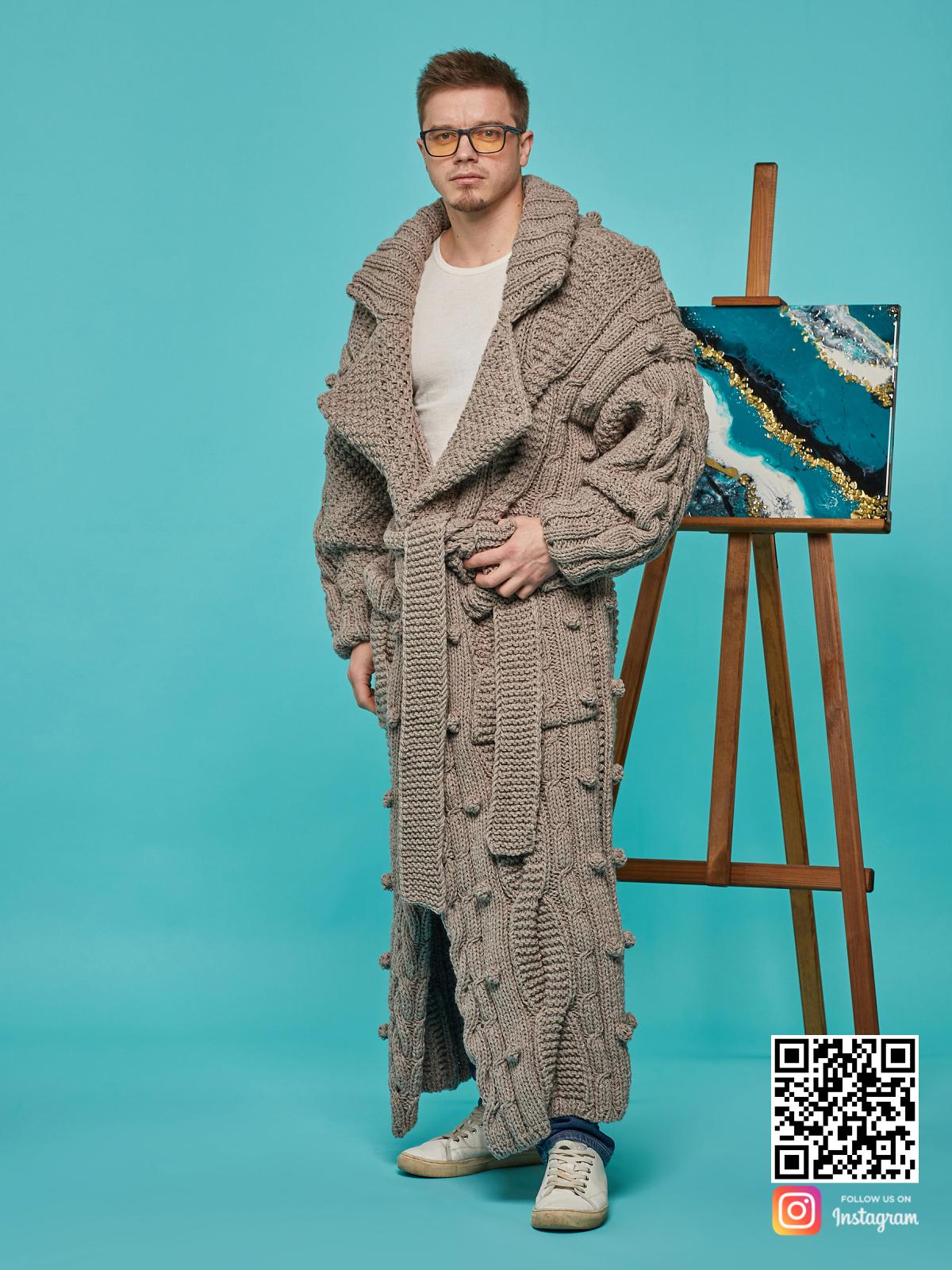 На четвертой фотографии объемный мужской кардиган оверсайз от Shapar, бренда вязаной одежды ручной работы в интернет-магазине связанных спицами вещей.