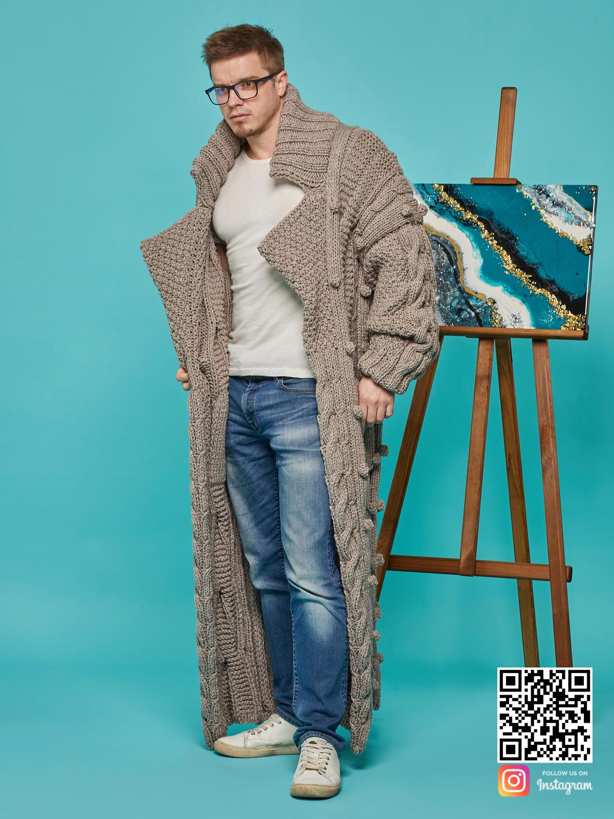 На второй фотографии длинный мужской кардиган оверсайз от Shapar, бренда вязаной одежды ручной работы в интернет-магазине связанных спицами вещей.