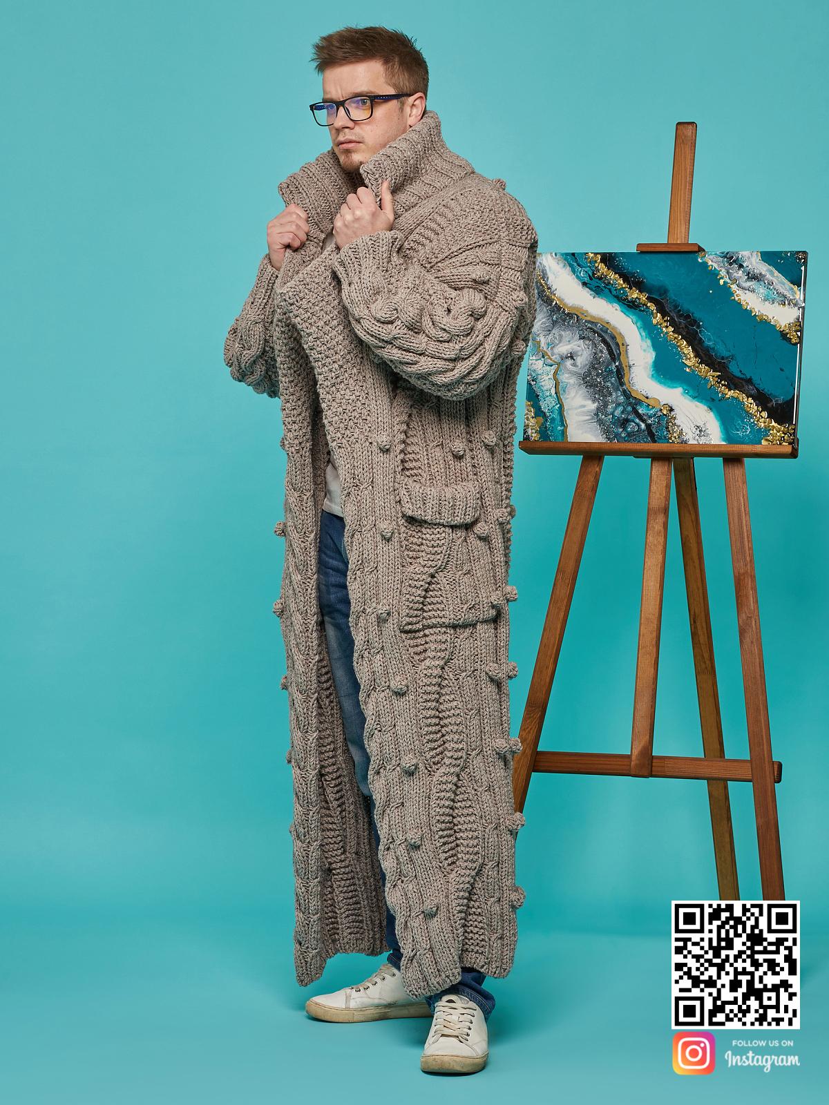 На пятой фотографии мужской кардиган оверсайз с карманами от Shapar, бренда вязаной одежды ручной работы в интернет-магазине связанных спицами вещей.