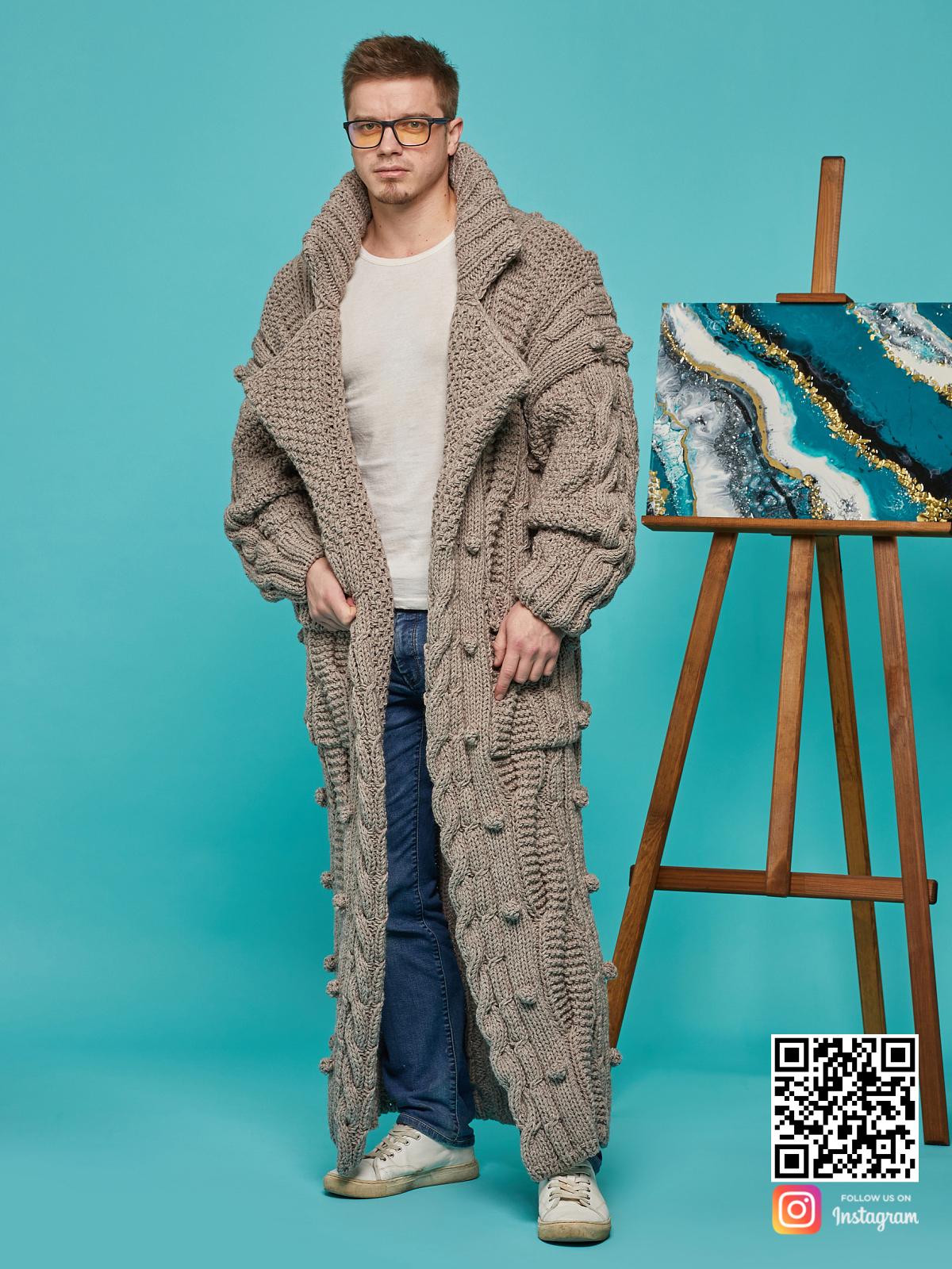 На фотографии мужской кардиган оверсайз от Shapar, бренда вязаной одежды ручной работы в интернет-магазине связанных спицами вещей.