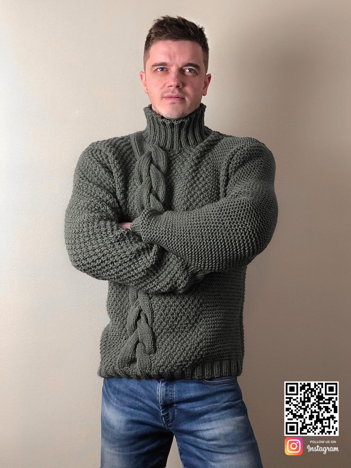 На пятой фотографии мужской свитер с косой в цвете хаки от Shapar, бренда вязаной одежды ручной работы в интернет-магазине связанных спицами вещей.