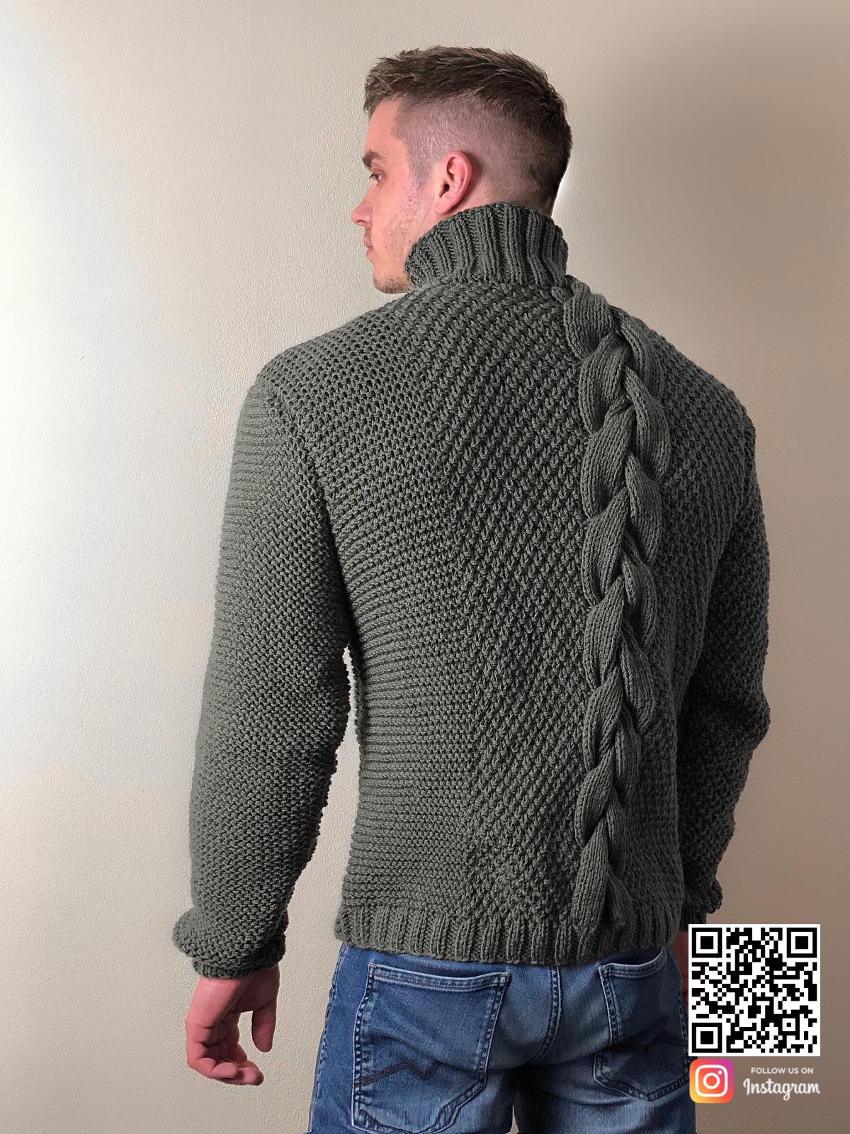 На второй фотографии мужской свитер с косой со спины от Shapar, бренда вязаной одежды ручной работы в интернет-магазине связанных спицами вещей.