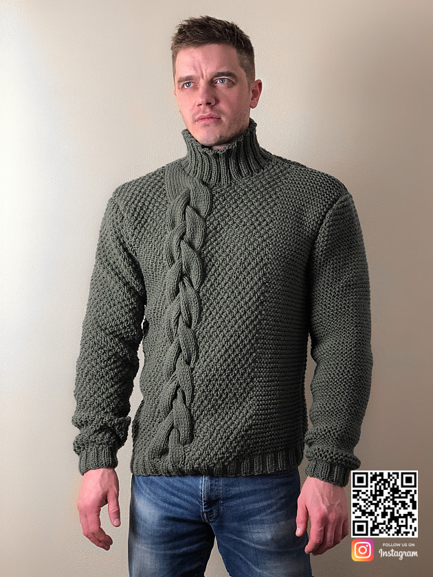 На фотографии мужской свитер с косой от Shapar, бренда вязаной одежды ручной работы в интернет-магазине связанных спицами вещей.