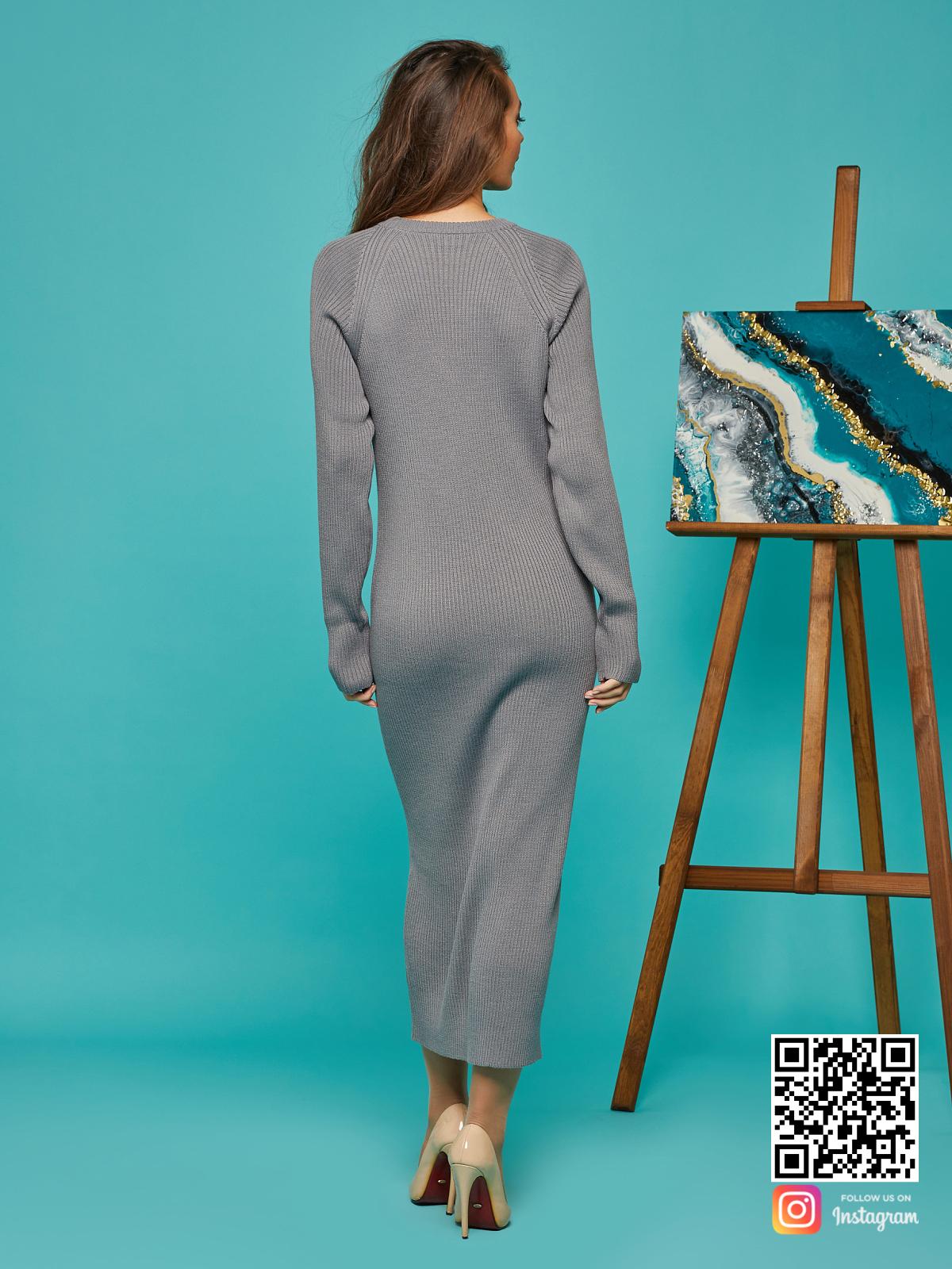 На второй фотографии платье лапша серое со спины от Shapar, бренда вязаной одежды ручной работы в интернет-магазине связанных спицами вещей.