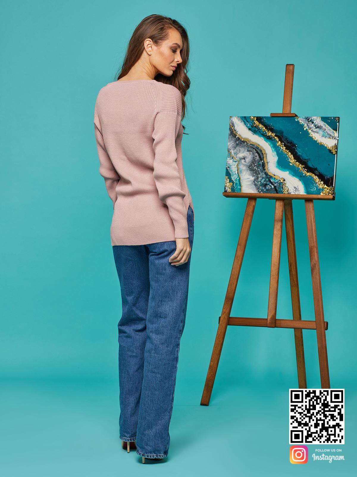 На пятой фотографии элегантный женский розовый пуловер от Shapar, бренда вязаной одежды ручной работы в интернет-магазине связанных спицами вещей.