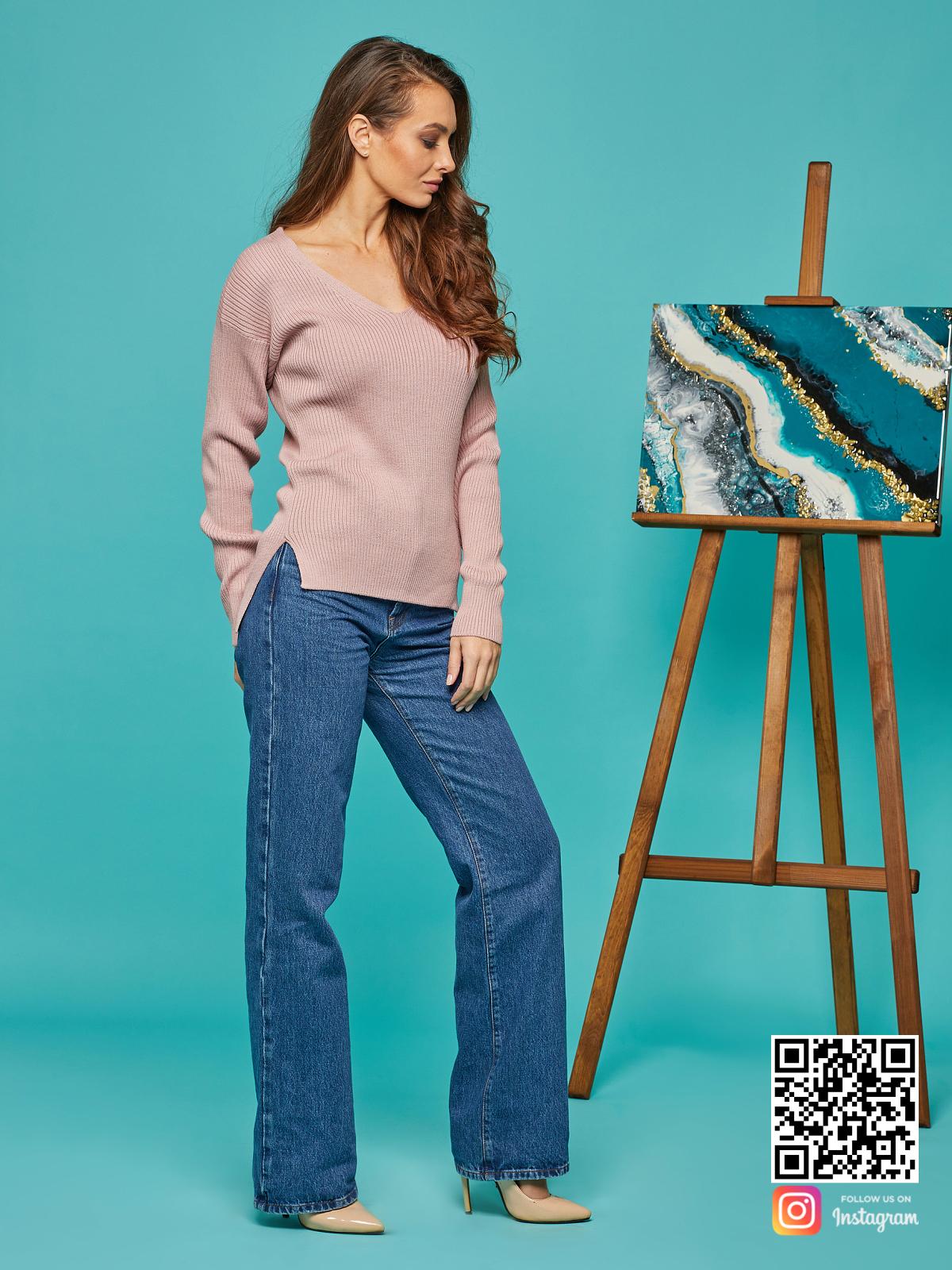 На четвертой фотографии женский розовый пуловер с асимметричным низом от Shapar, бренда вязаной одежды ручной работы в интернет-магазине связанных спицами вещей.