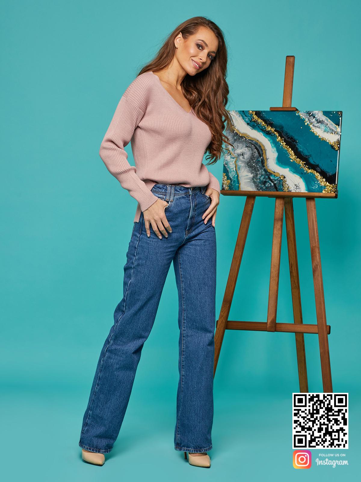 На третьей фотографии тонкий розовый пуловер от Shapar, бренда вязаной одежды ручной работы в интернет-магазине связанных спицами вещей.
