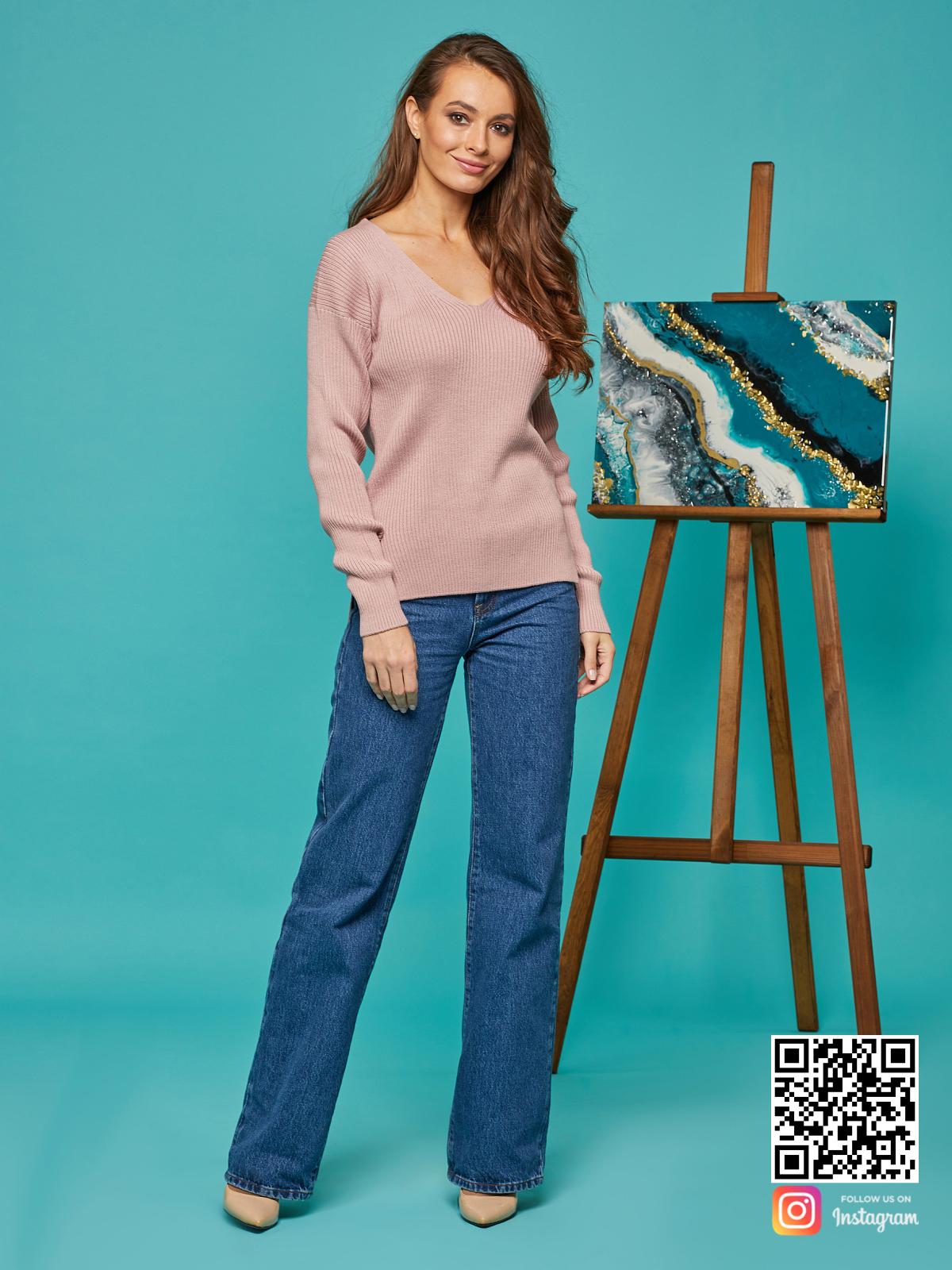 На фотографии женский розовый пуловер от Shapar, бренда вязаной одежды ручной работы в интернет-магазине связанных спицами вещей.