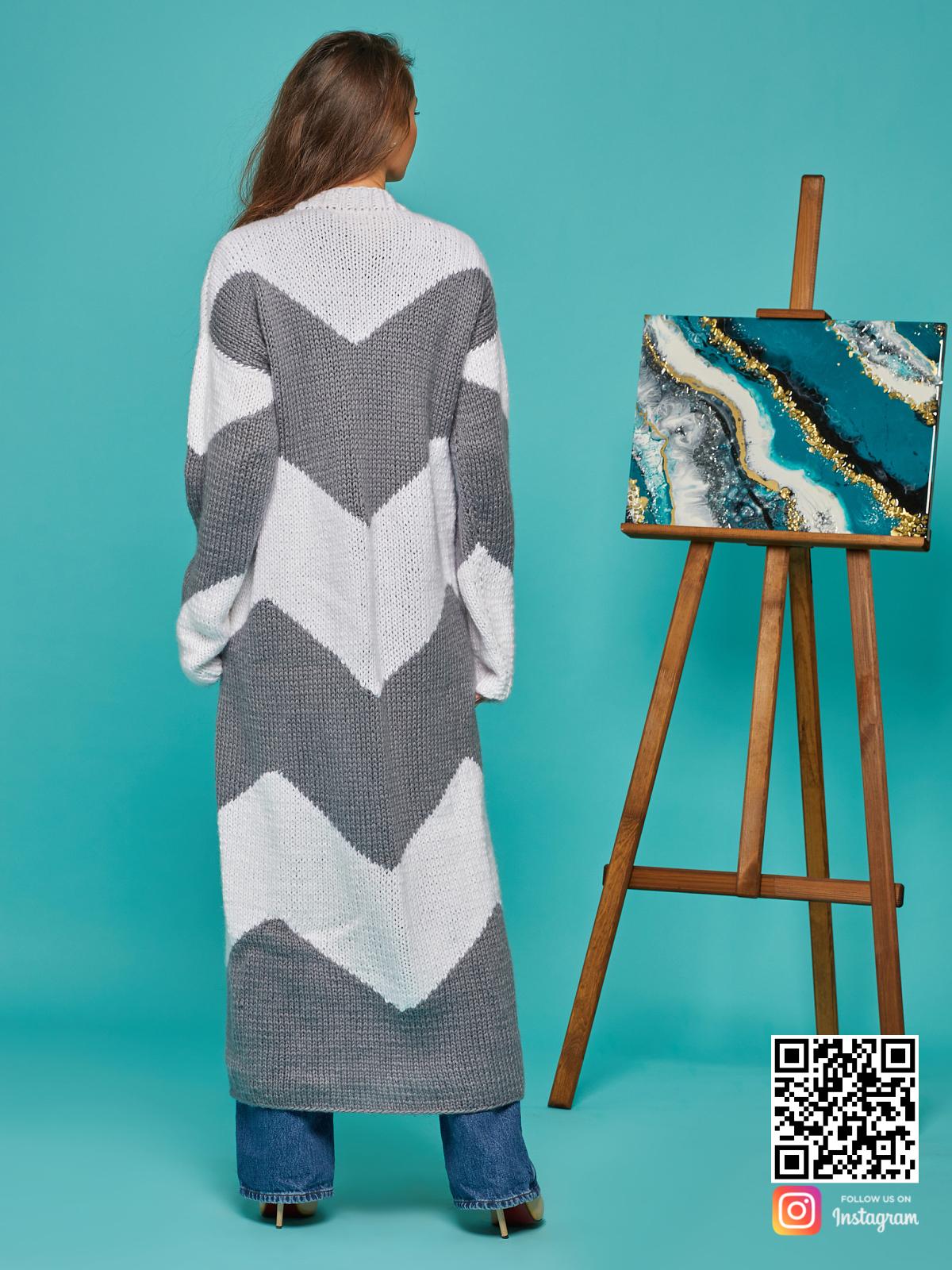 На второй фотографии женский серо-белый кардиган со спины от Shapar, бренда вязаной одежды ручной работы в интернет-магазине связанных спицами вещей.