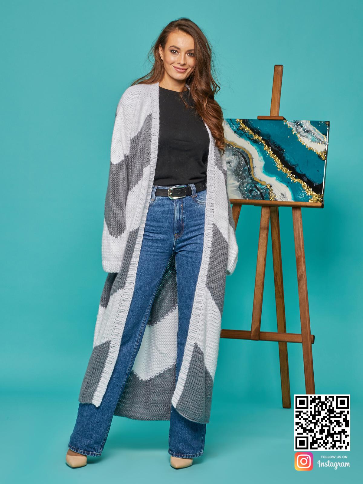 На третьей фотографии длинный серо-белый кардиган от Shapar, бренда вязаной одежды ручной работы в интернет-магазине связанных спицами вещей.