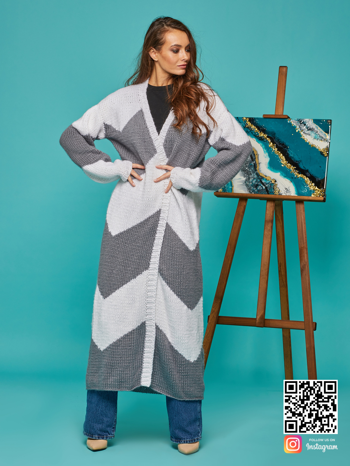 На пятой фотографии женский серо-белый кардиган с поясом от Shapar, бренда вязаной одежды ручной работы в интернет-магазине связанных спицами вещей.
