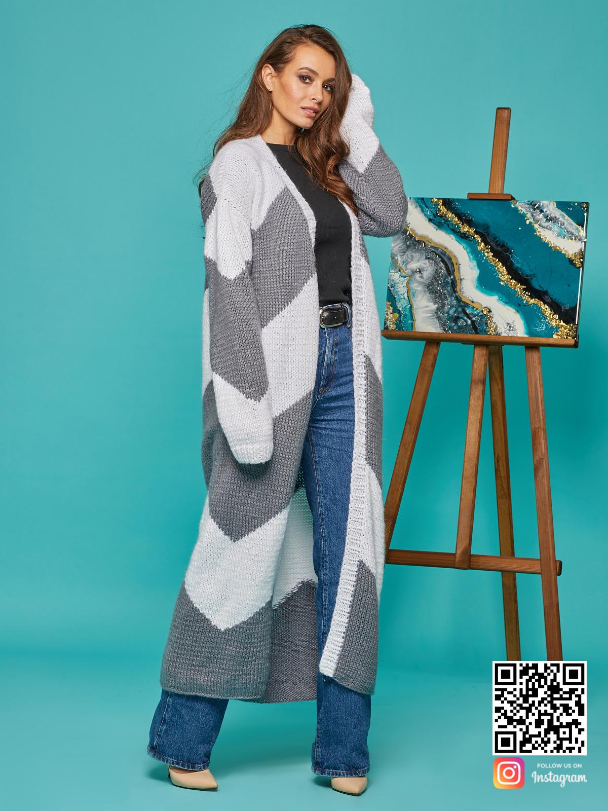 На четвертой фотографии женский серо-белый кардиган из ангоры от Shapar, бренда вязаной одежды ручной работы в интернет-магазине связанных спицами вещей.