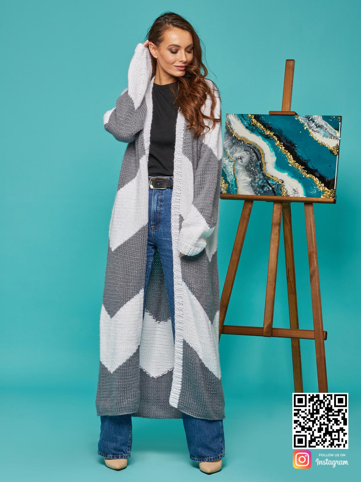 На фотографии женский серо-белый кардиган от Shapar, бренда вязаной одежды ручной работы в интернет-магазине связанных спицами вещей.