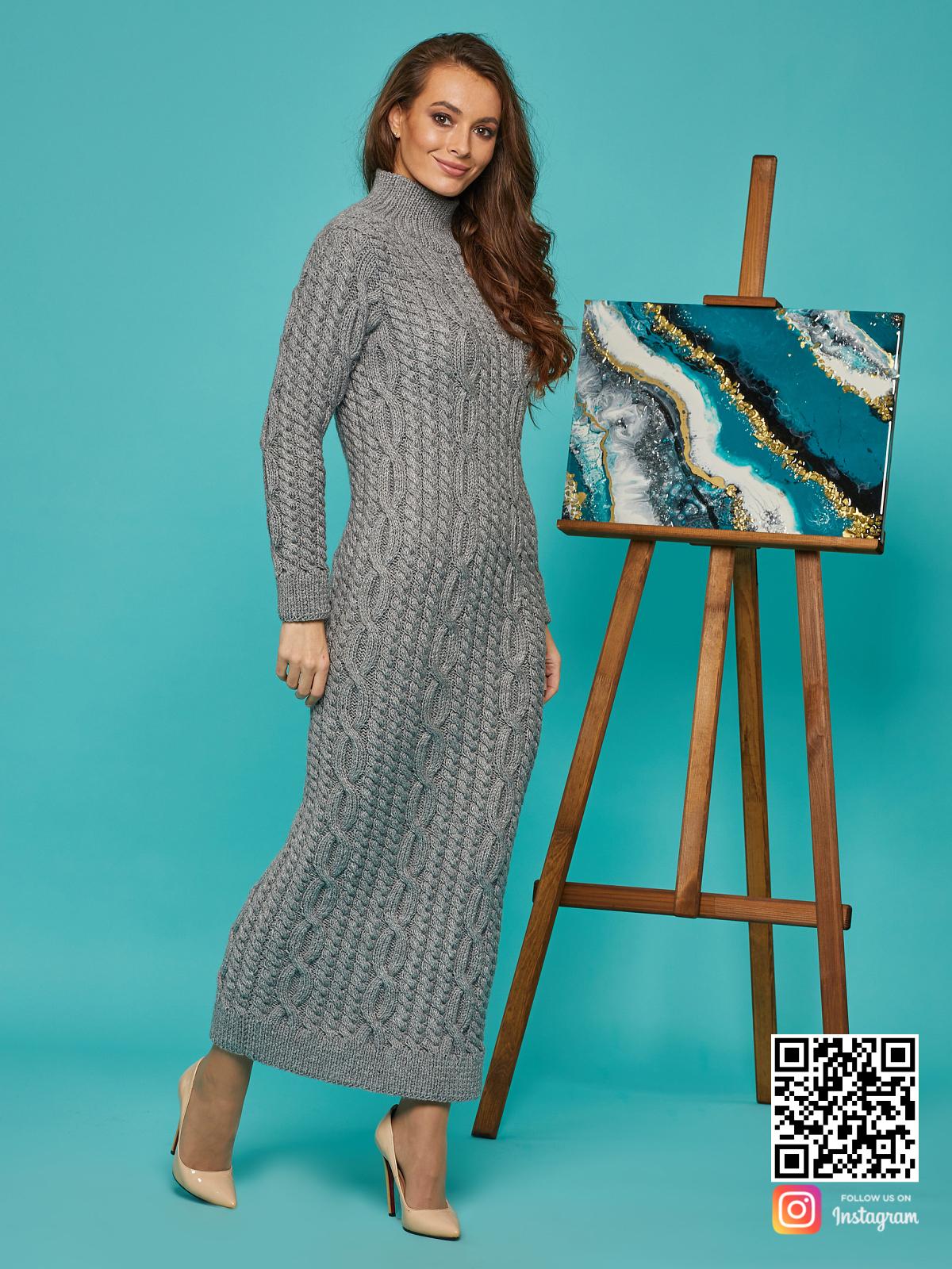 На третьей фотографии серое теплое платье в косах от Shapar, бренда вязаной одежды ручной работы в интернет-магазине связанных спицами вещей.