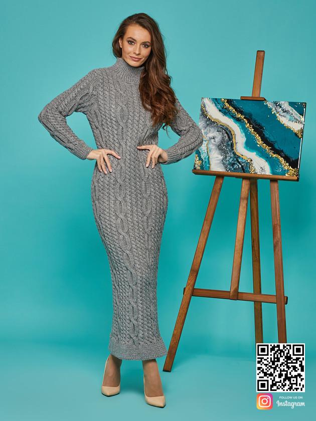 На фотографии серое теплое платье от Shapar, бренда вязаной одежды ручной работы в интернет-магазине связанных спицами вещей.