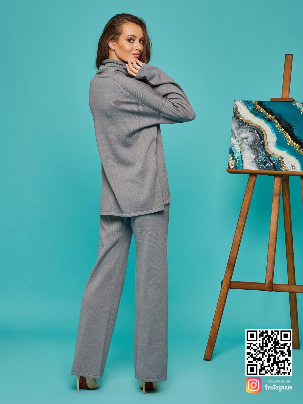 На пятой фотографии стильный cерый брючный костюм от Shapar, бренда вязаной одежды ручной работы в интернет-магазине связанных спицами вещей.