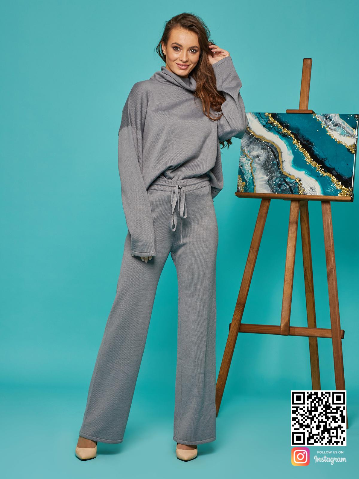 На шестой фотографии cерый брючный костюм для девушек от Shapar, бренда вязаной одежды ручной работы в интернет-магазине связанных спицами вещей.