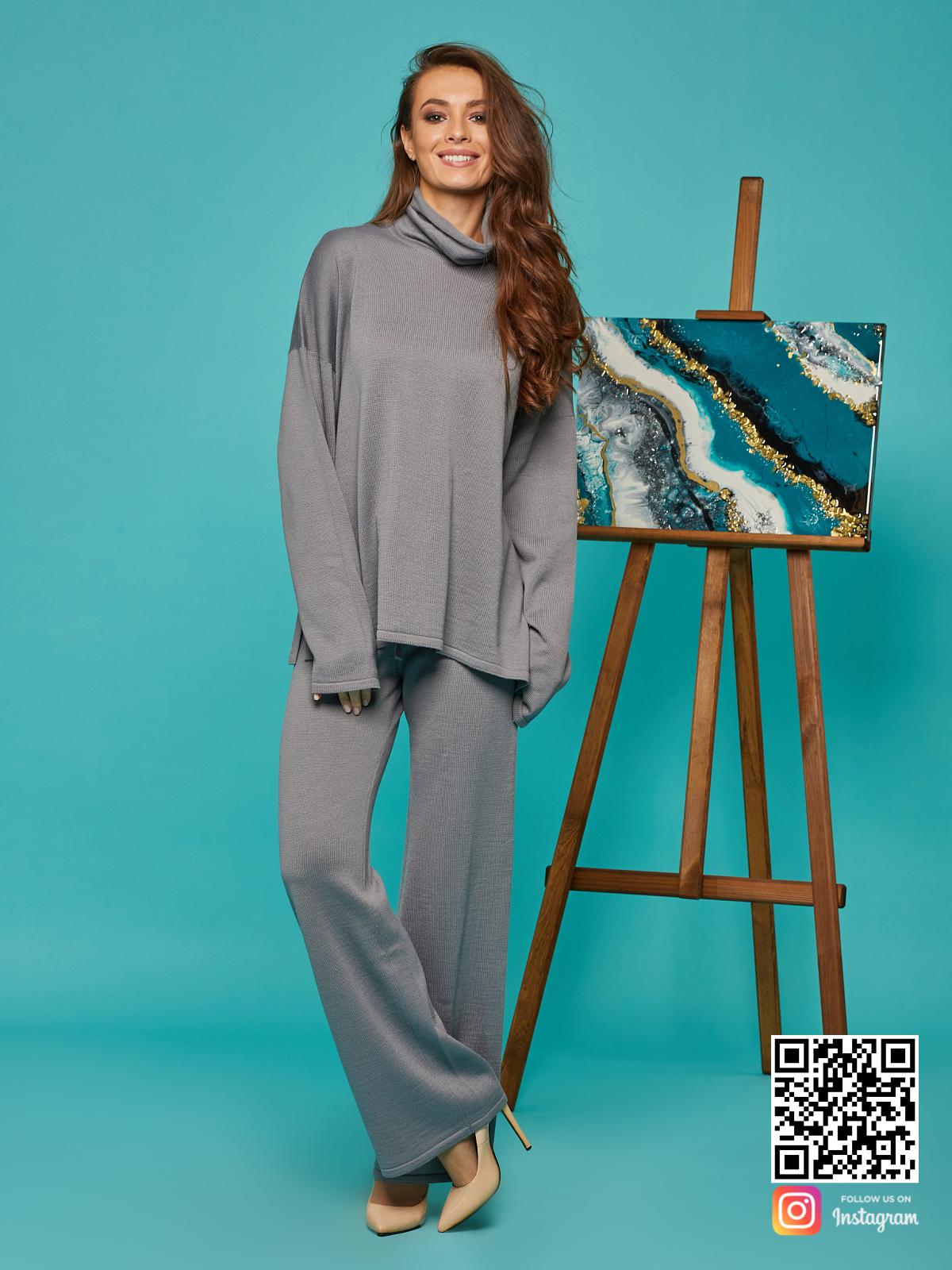 На третьей фотографии женский cерый брючный костюм с объемным воротником от Shapar, бренда вязаной одежды ручной работы в интернет-магазине связанных спицами вещей.