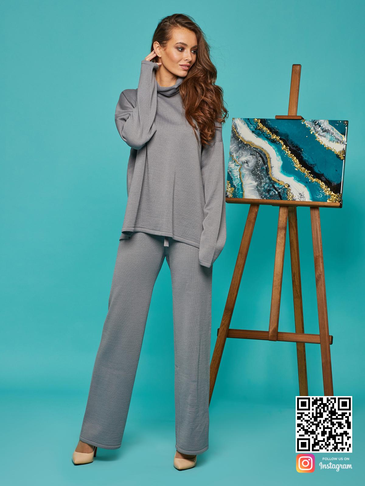 На фотографии женский cерый брючный костюм от Shapar, бренда вязаной одежды ручной работы в интернет-магазине связанных спицами вещей.
