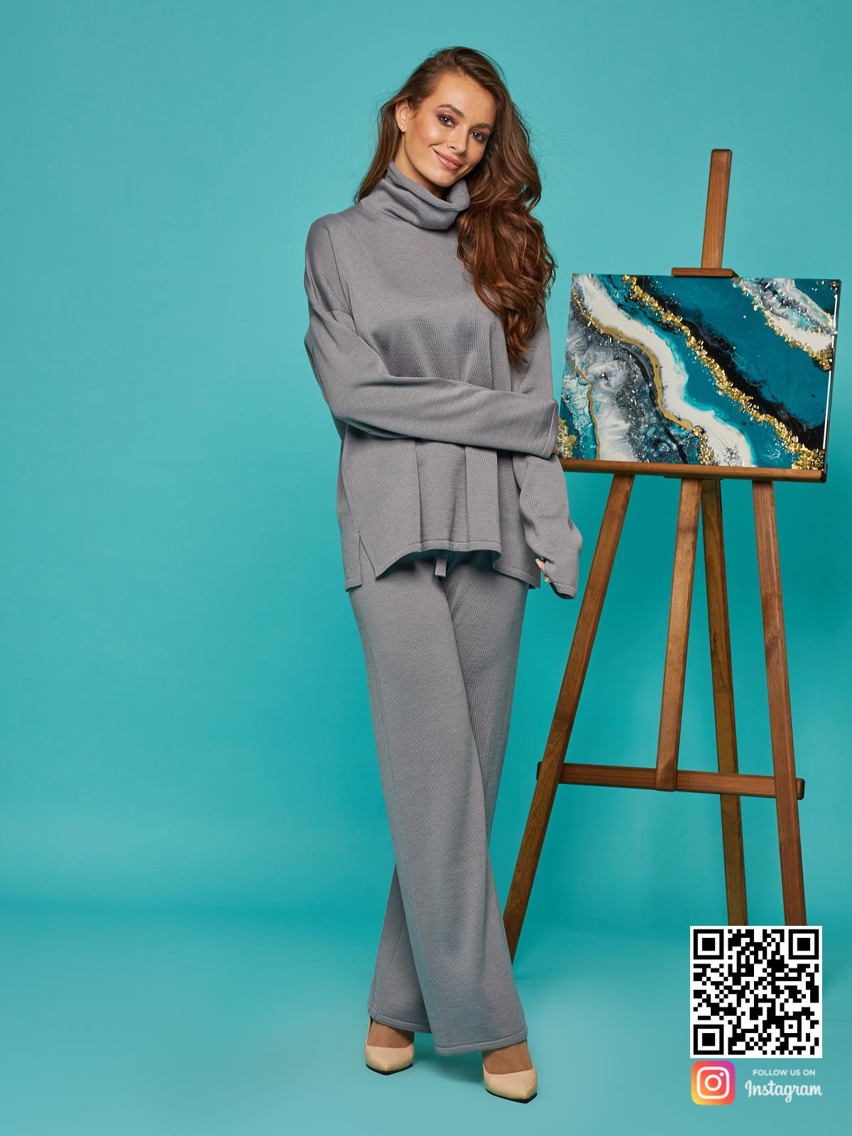 На четвертой фотографии женский cерый брючный костюм оверсайз от Shapar, бренда вязаной одежды ручной работы в интернет-магазине связанных спицами вещей.