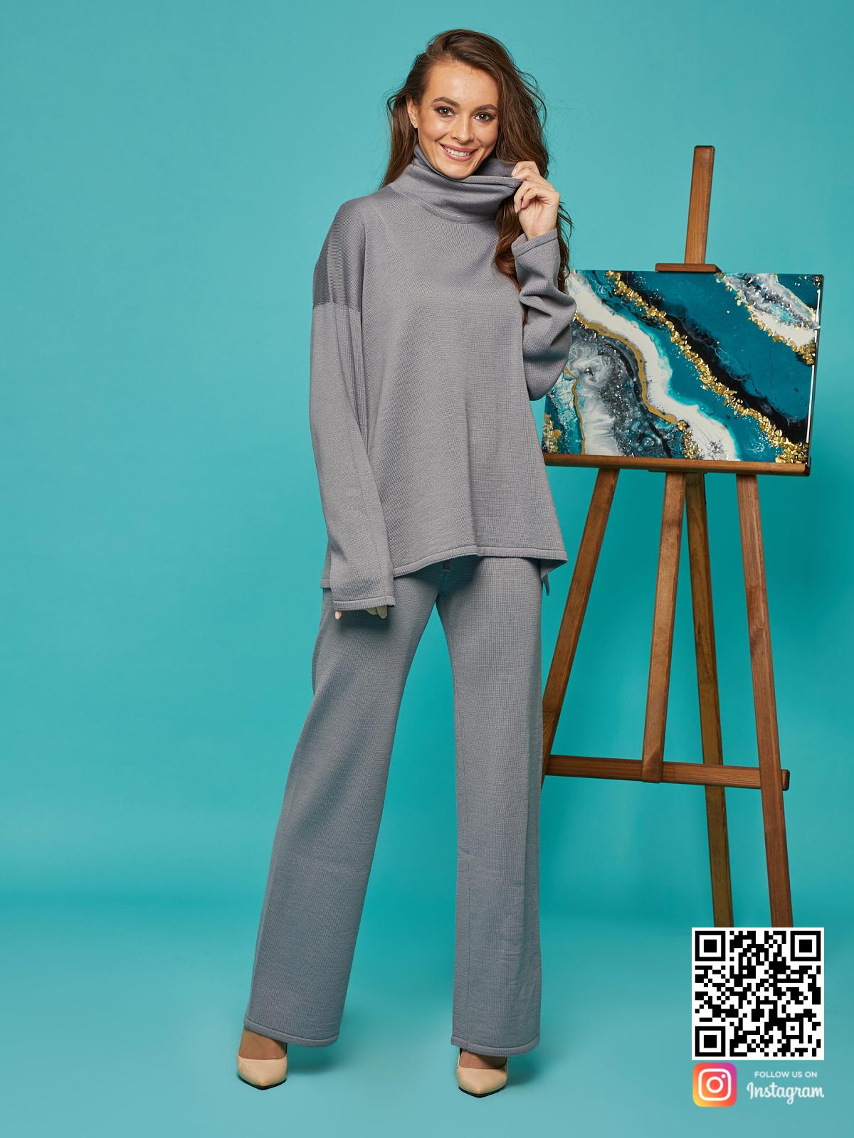 На седьмой фотографии повседневный брючный костюм серого цвета от Shapar, бренда вязаной одежды ручной работы в интернет-магазине связанных спицами вещей.