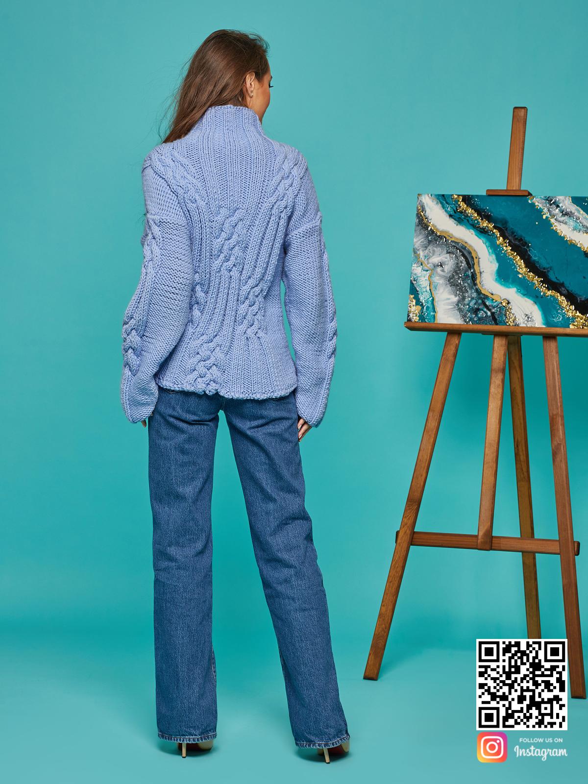 На второй фотографии женский синий джемпер со спины от Shapar, бренда вязаной одежды ручной работы в интернет-магазине вещей спицами.